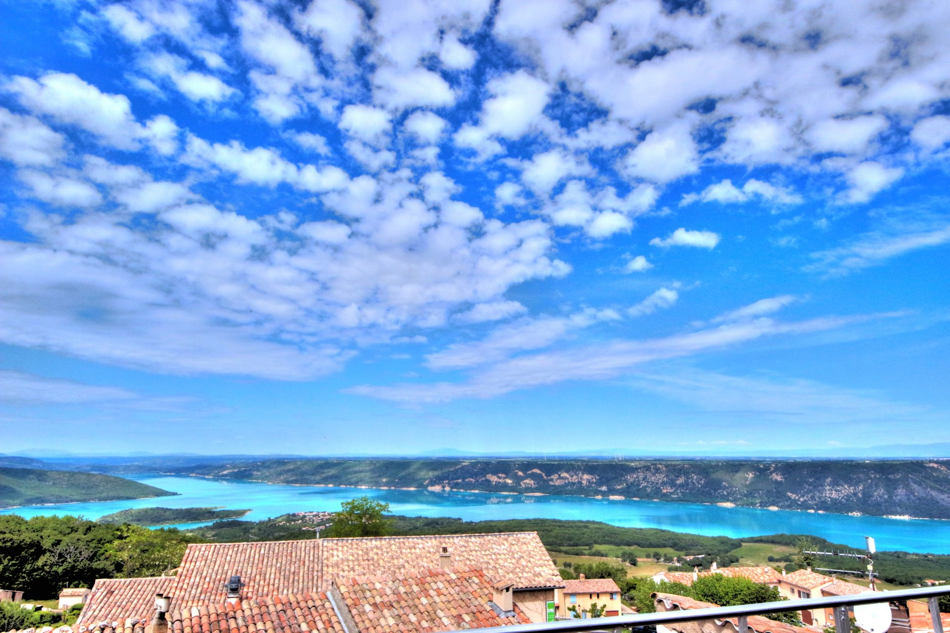 terrace with view on the lake of Aiguines, and the castle. Panoramic view, kitchen access