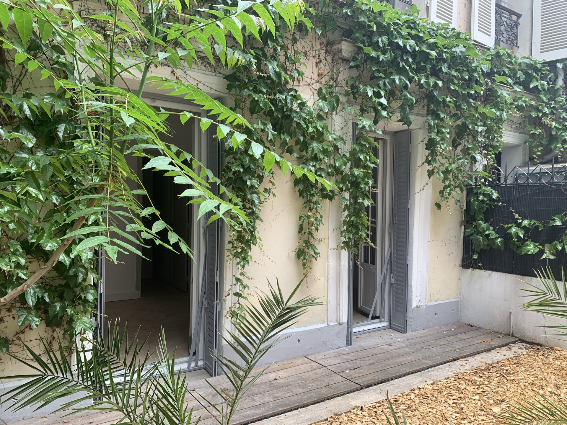 Paris - XVIII ème - MONTMARTRE  - VILLAGE RAMEY - COMME UNE PETITE MAISON - 2 PIÈCES - TRAVERSANT - TERRASSE - JARDIN - SOLEIL - CADRE VERDOYANT - CALME - REFAIT À NEUF.