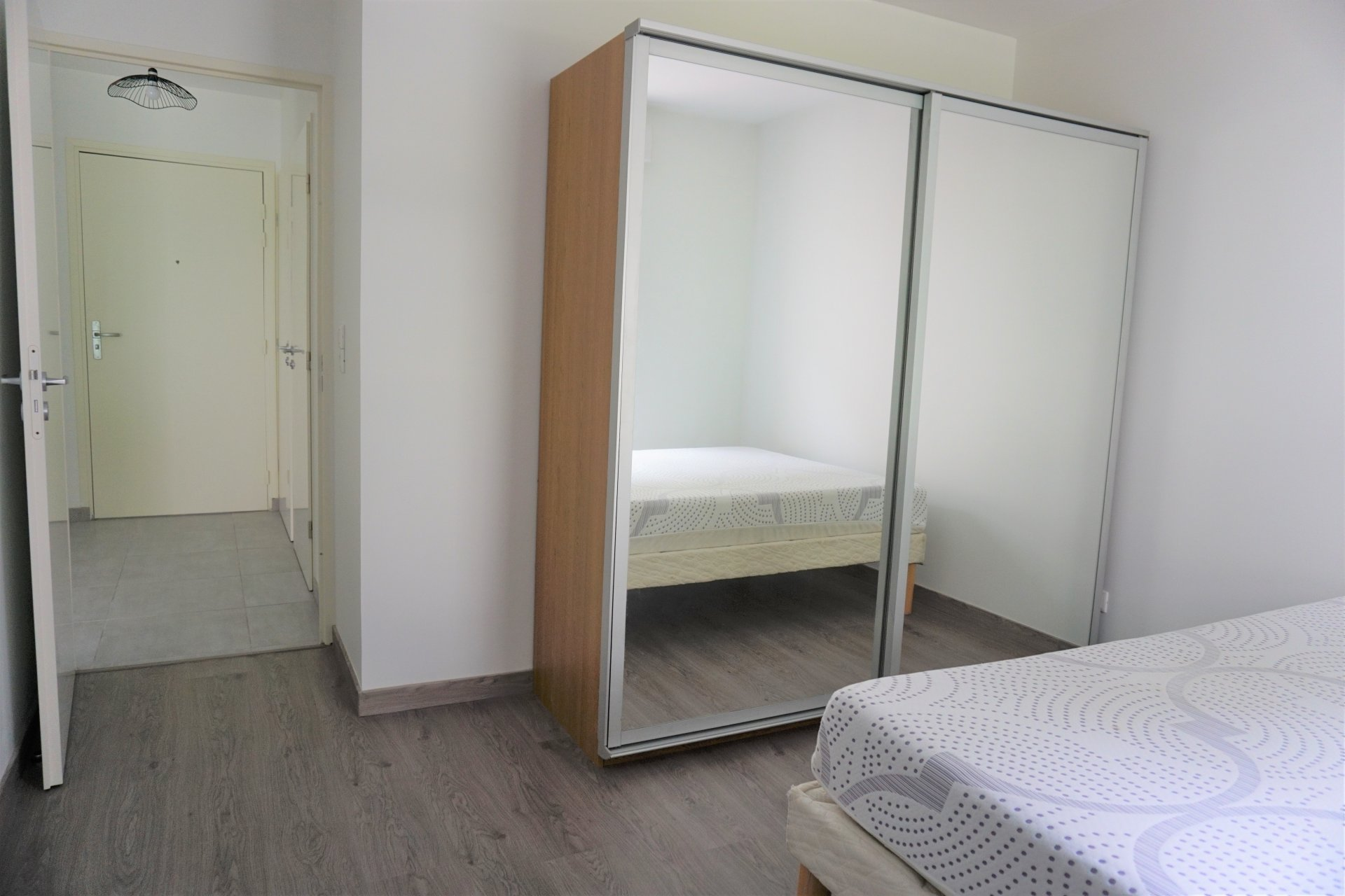 La chambre avec placard dressing