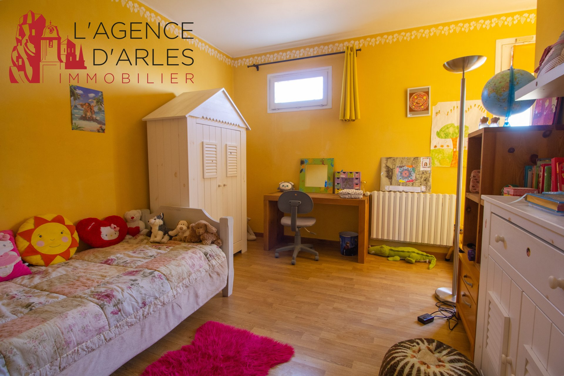 5 BEDROOM COUNTRY STYLE HOUSE NEAR ARLES WITH LARGE GARDEN