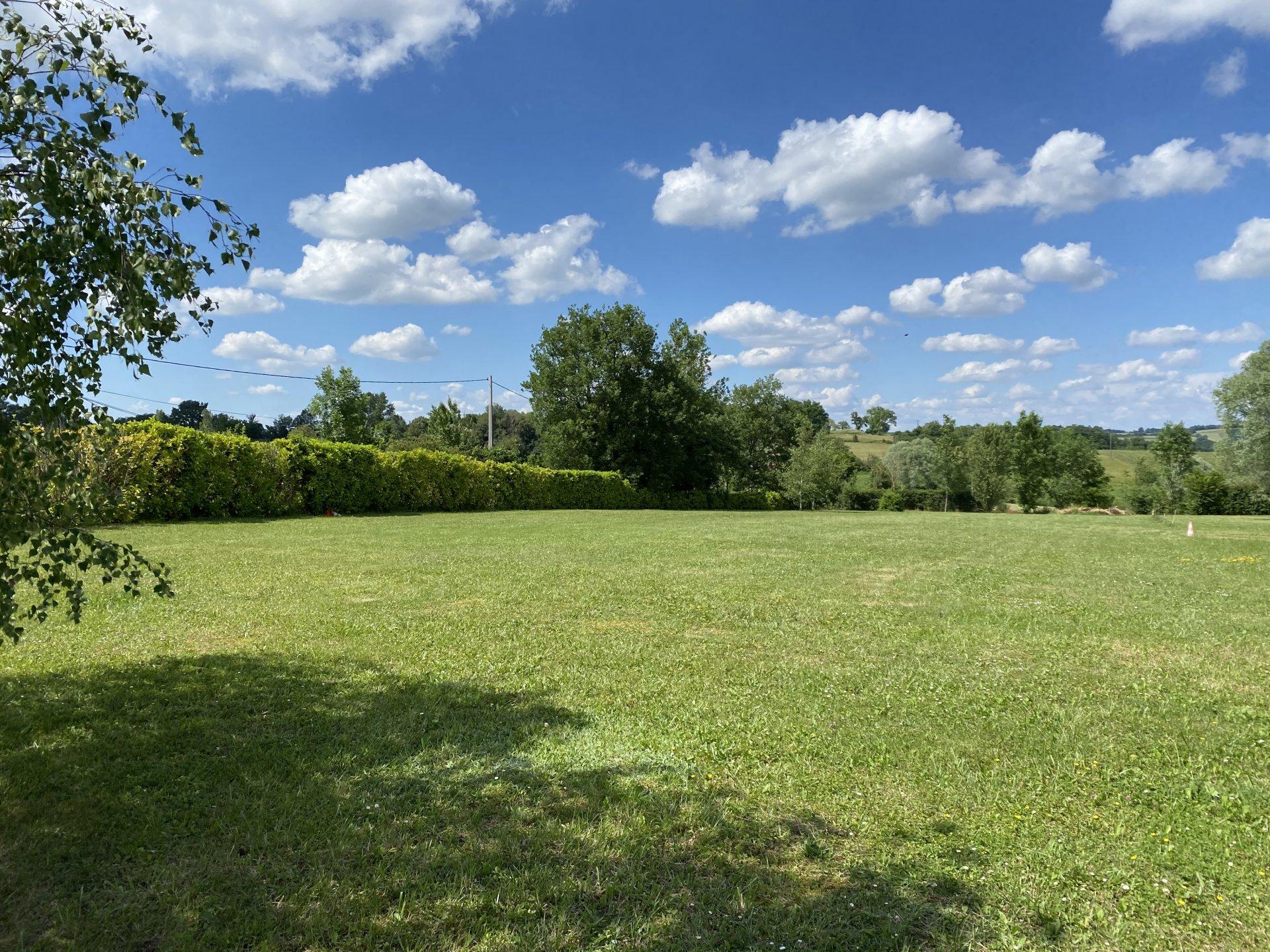 Entre Aurignac et Saint Gaudens, centre village, beau terrain constructible plat de 3000m², 15' de l'autoroute