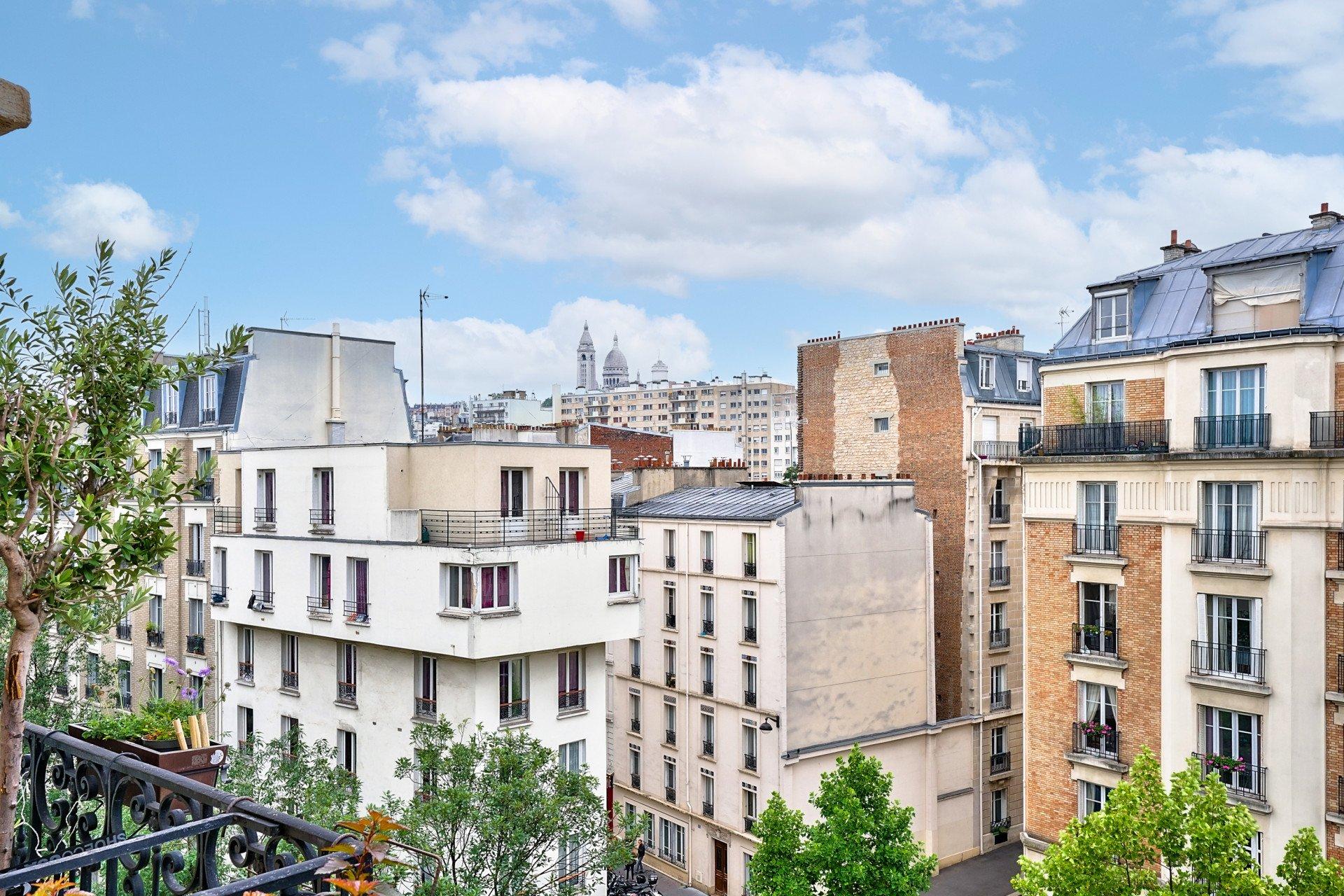 Paris - DAMRÉMONT / ORDENER - M° Lamarck - Caulaincourt / Jules Joffrin - 4 PIÈCES - TRAVERSANT - ÉTAGE ÉLÉVÉ ASCENSEUR - BALCON - SOLEIL - VUE DÉGAGÉE SACRÉ-COEUR, CIEL ET TOITS - CACHET MANIFESTE.