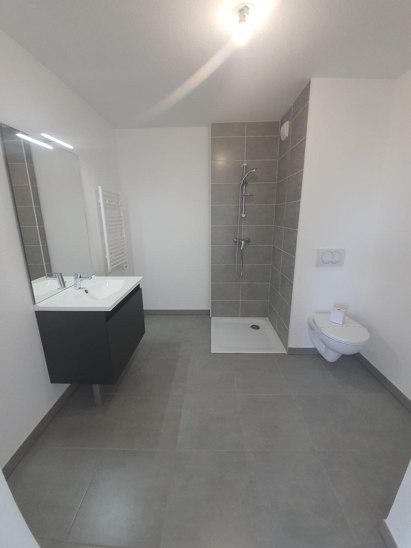 Cabine de douche en cours d'installation