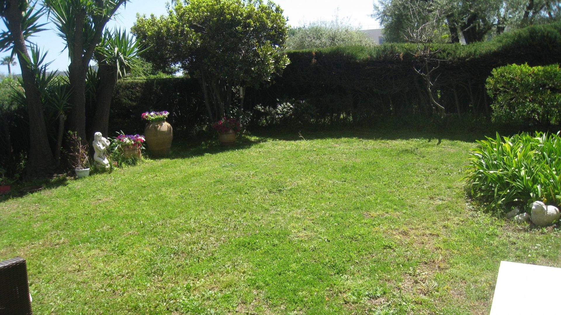 Côte d'Azur, Antibes, appartement F4 avec jardin 200 m² , garage, piscine.