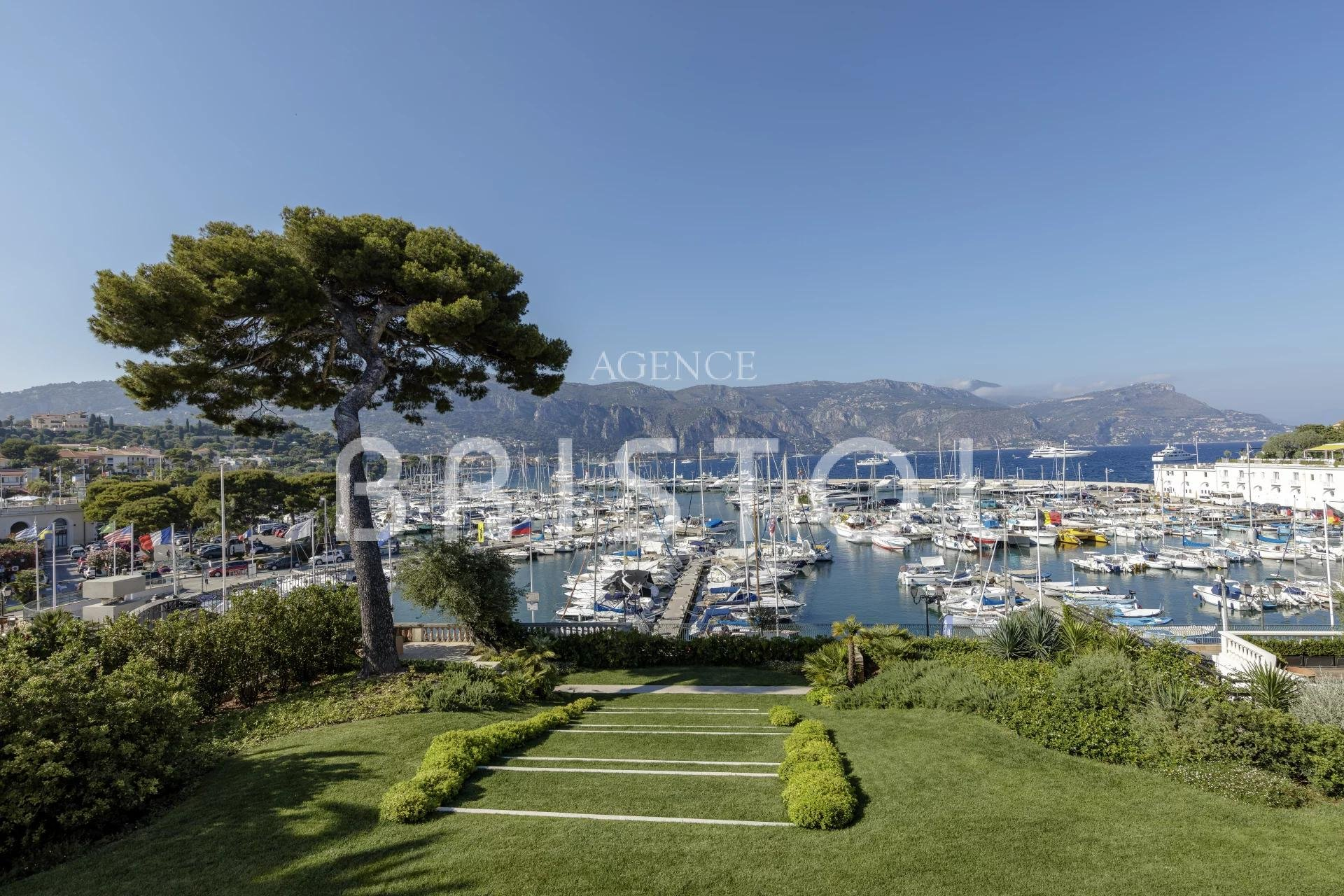 Exceptional property in Cap Ferrat close to the sea
