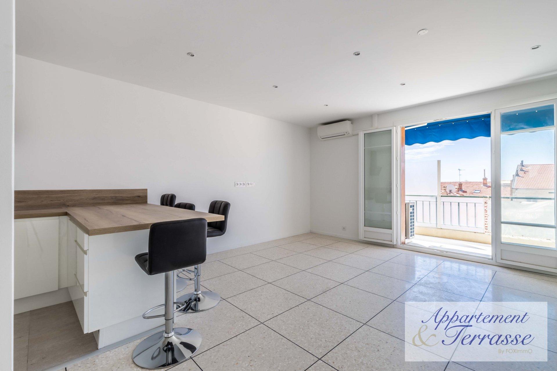 Sur la Côte d'Azur, magnifique appartement entièrement rénové avec terrasse et garage