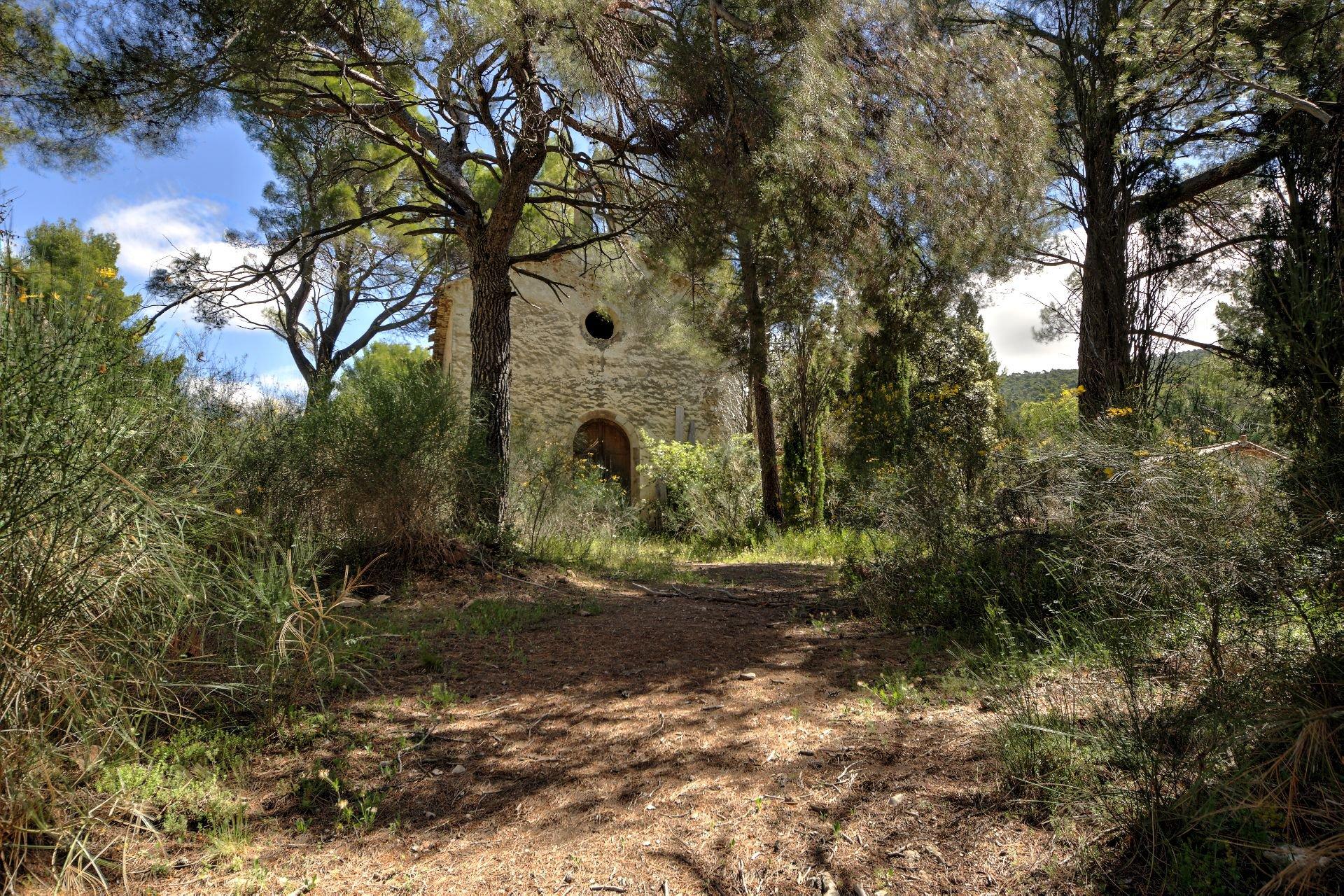 Vue sur la chapelle du 18ième de la bastide  sur 4ha avec chapelle et source, Aups, Provence, Var, Verdon Paca