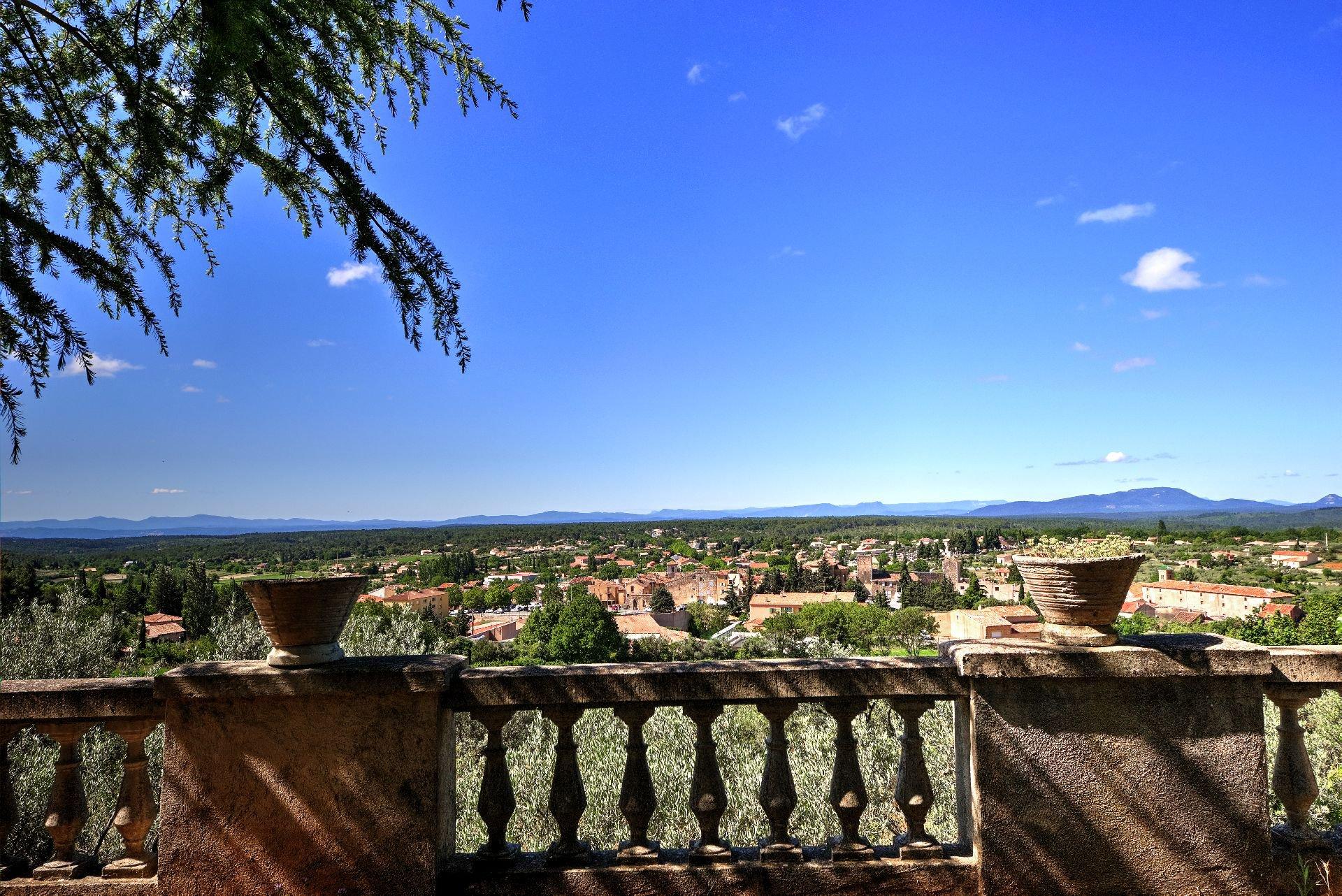 Vue de la terrasse sur le village de la bastide avec cadran solaire sur 4ha avec chapelle et source, Aups, Provence, Var, Verdon Paca