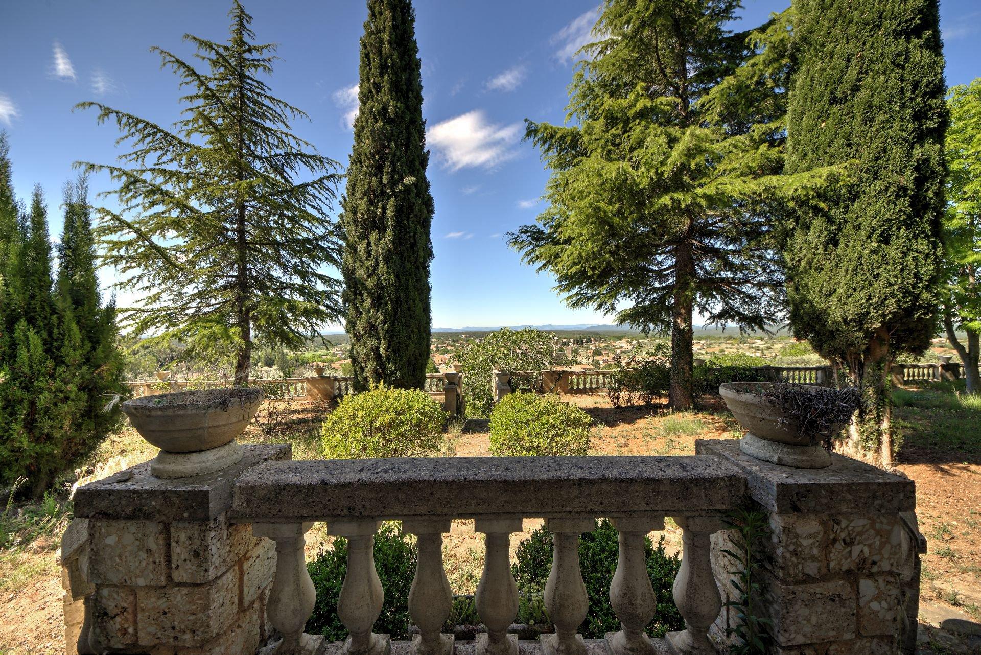 Vue du Perron de la bastide avec cadran solaire sur 4ha avec chapelle et source, Aups, Provence, Var, Verdon Paca