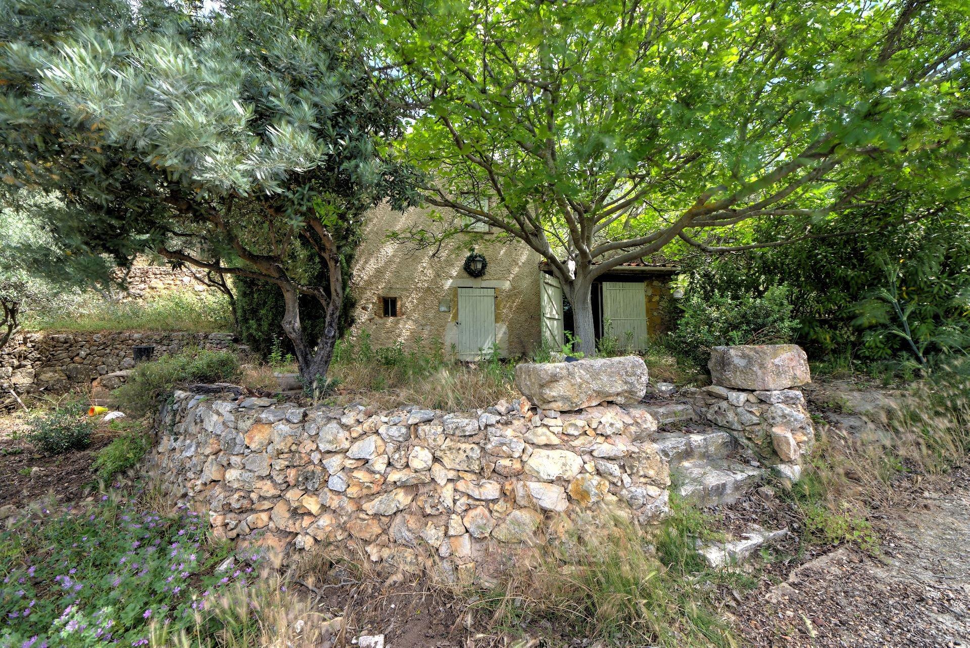 Vue sur la maison de gardien de la bastide du 18ième de la bastide  sur 4ha avec chapelle et source, Aups, Provence, Var, Verdon Paca