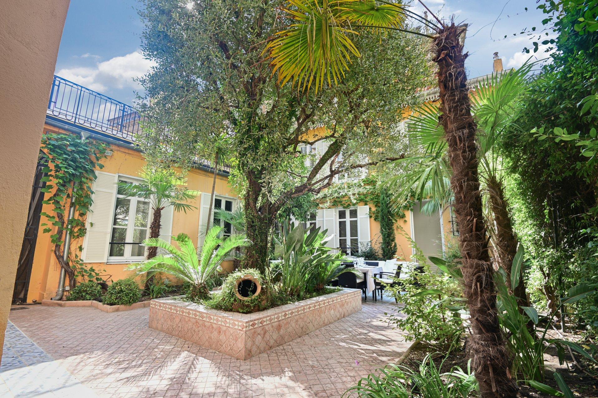Exclusivité - Cannes Centre  - Maison de ville unique avec patio au calme absolu.