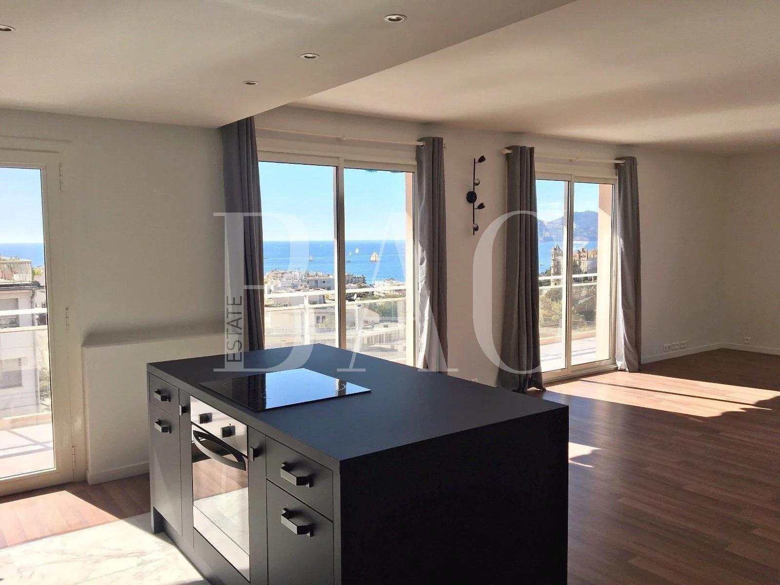 戛纳,美丽的公寓,面积达100平方米,在顶层设有露台,可欣赏美丽的海景,距离福维尔市场仅550米