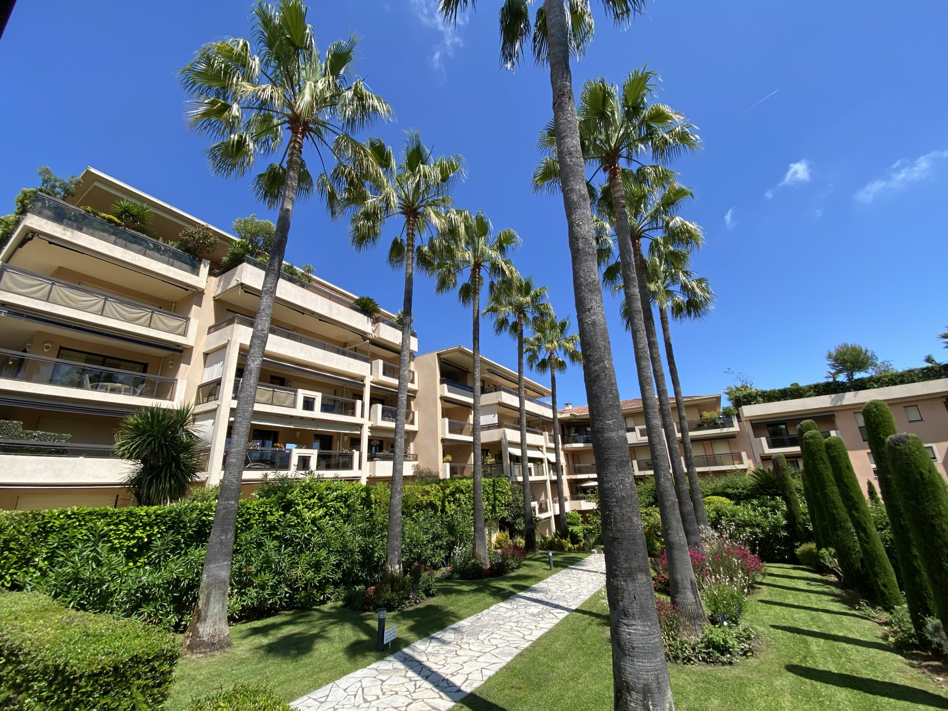 CANNES SALE 2 ROOM FLAT RESIDENCE STANDING GRANDE TERRASSE OUEST