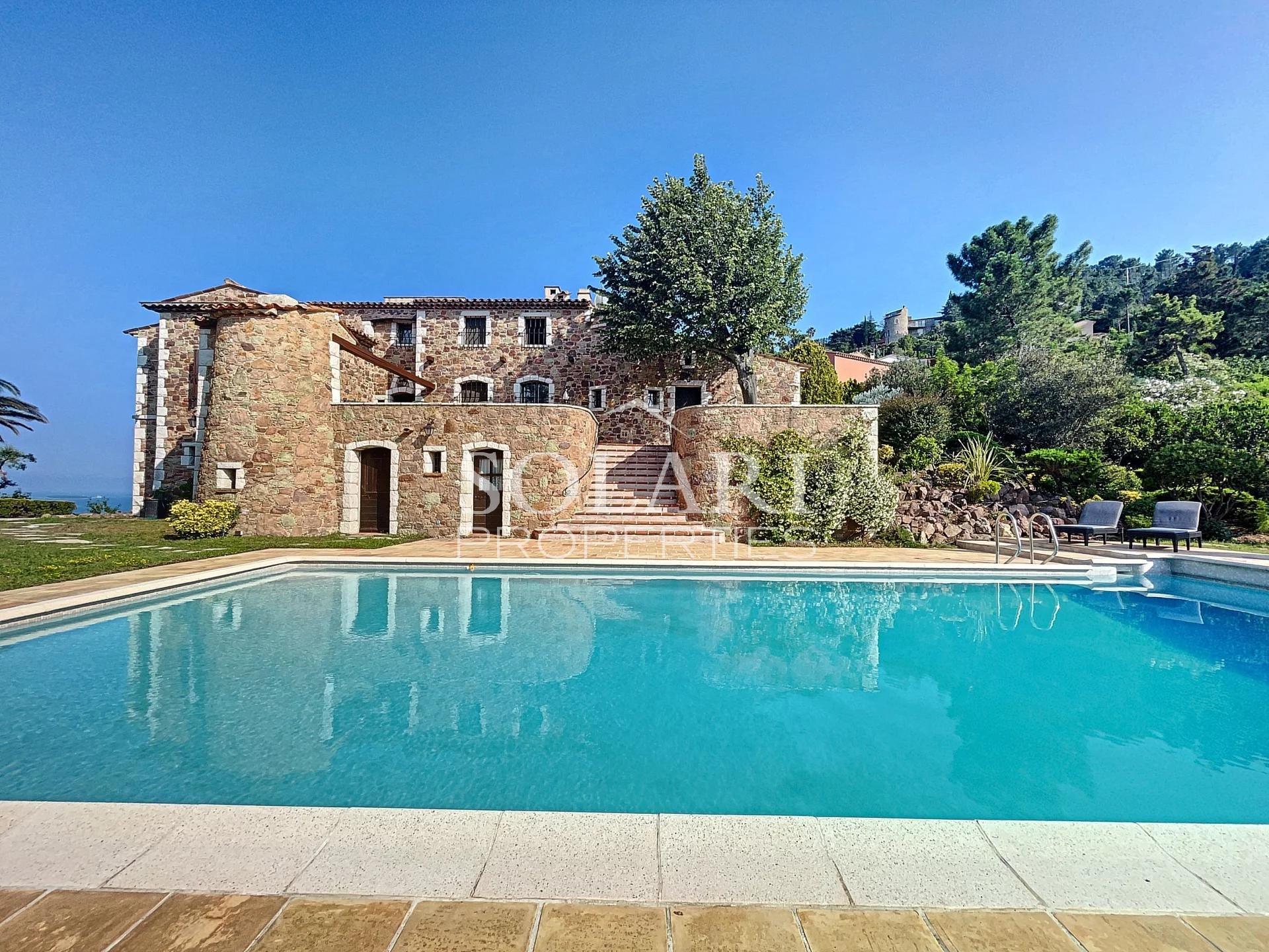 Mas Provençal dans domaine Privé