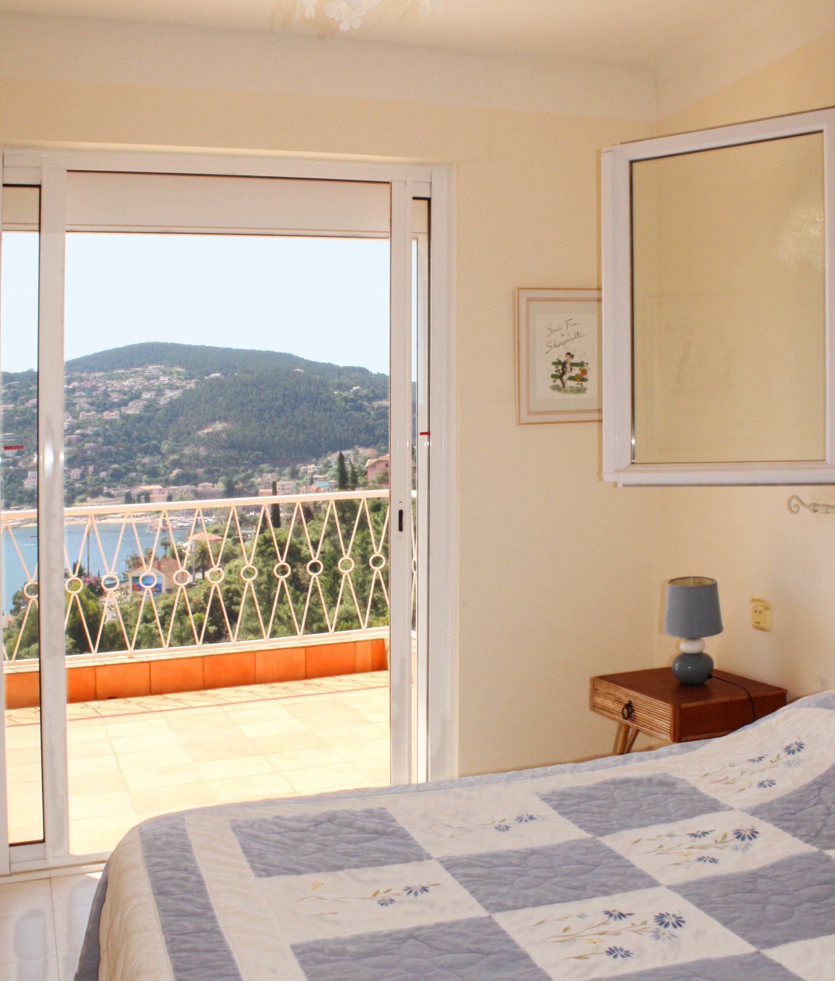 Luminous 2 bedrooms opening onto a large terrace of 35 sqm with beautiful sea view