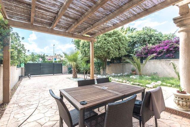 Corner bungalow with communal pool