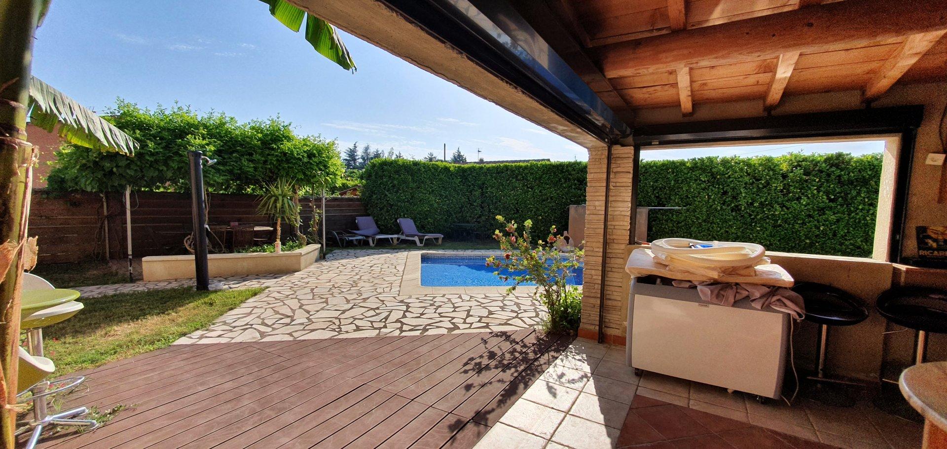 Villa avec piscine sur terrain arboré ,vue dégagée.