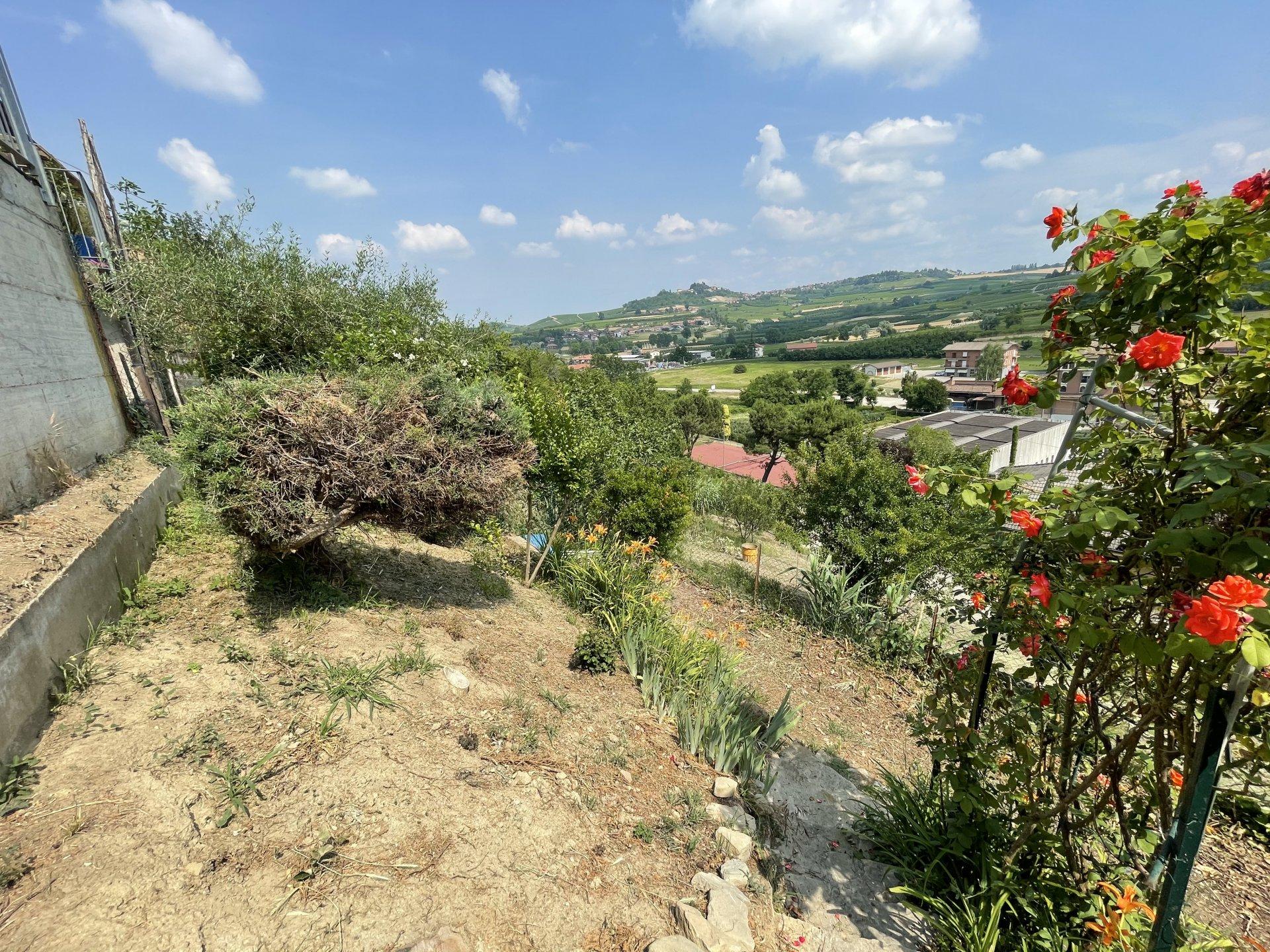 Casa su tre lati con giardino