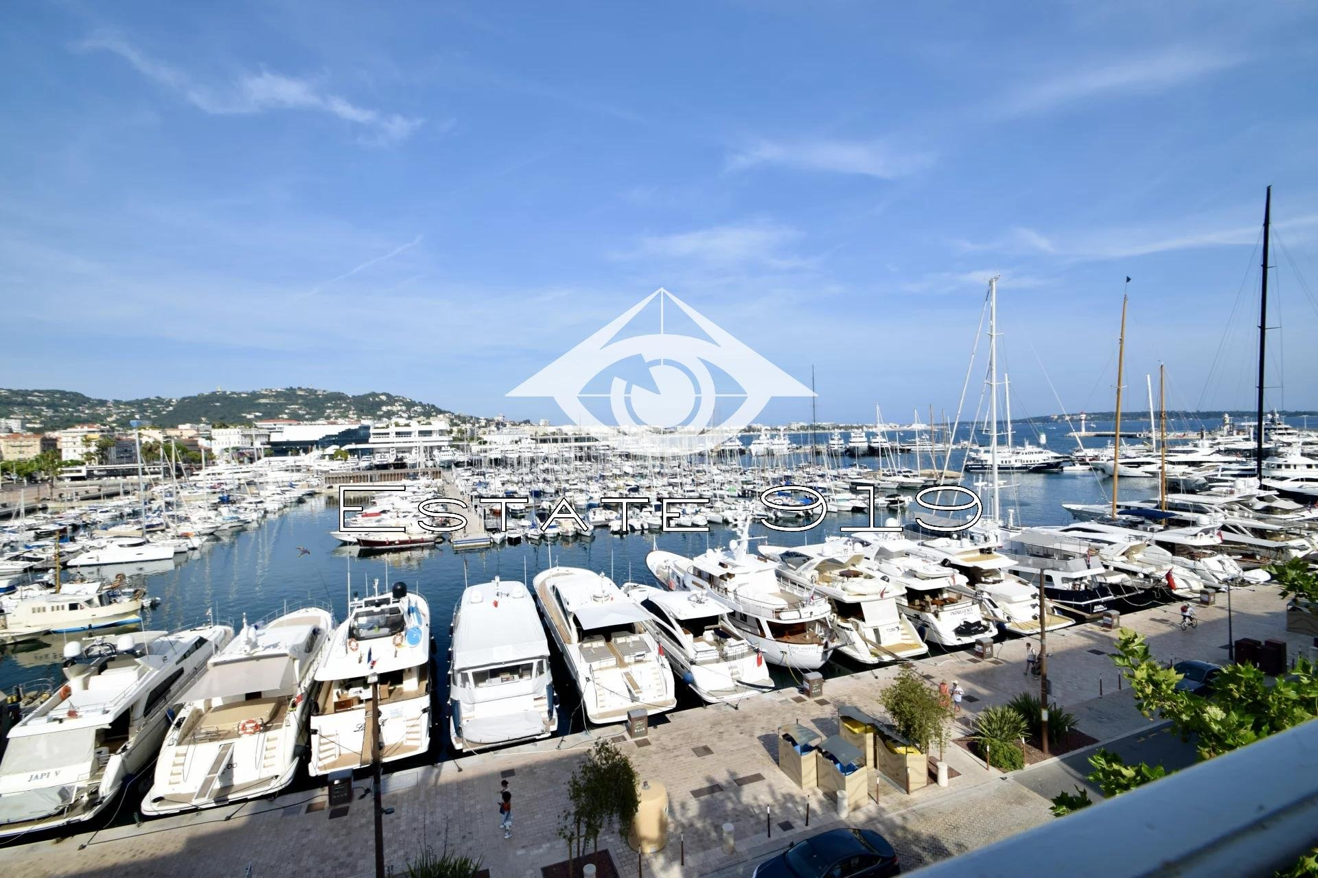 Cannes sur le quai Saint pierre, en pleine vue mer