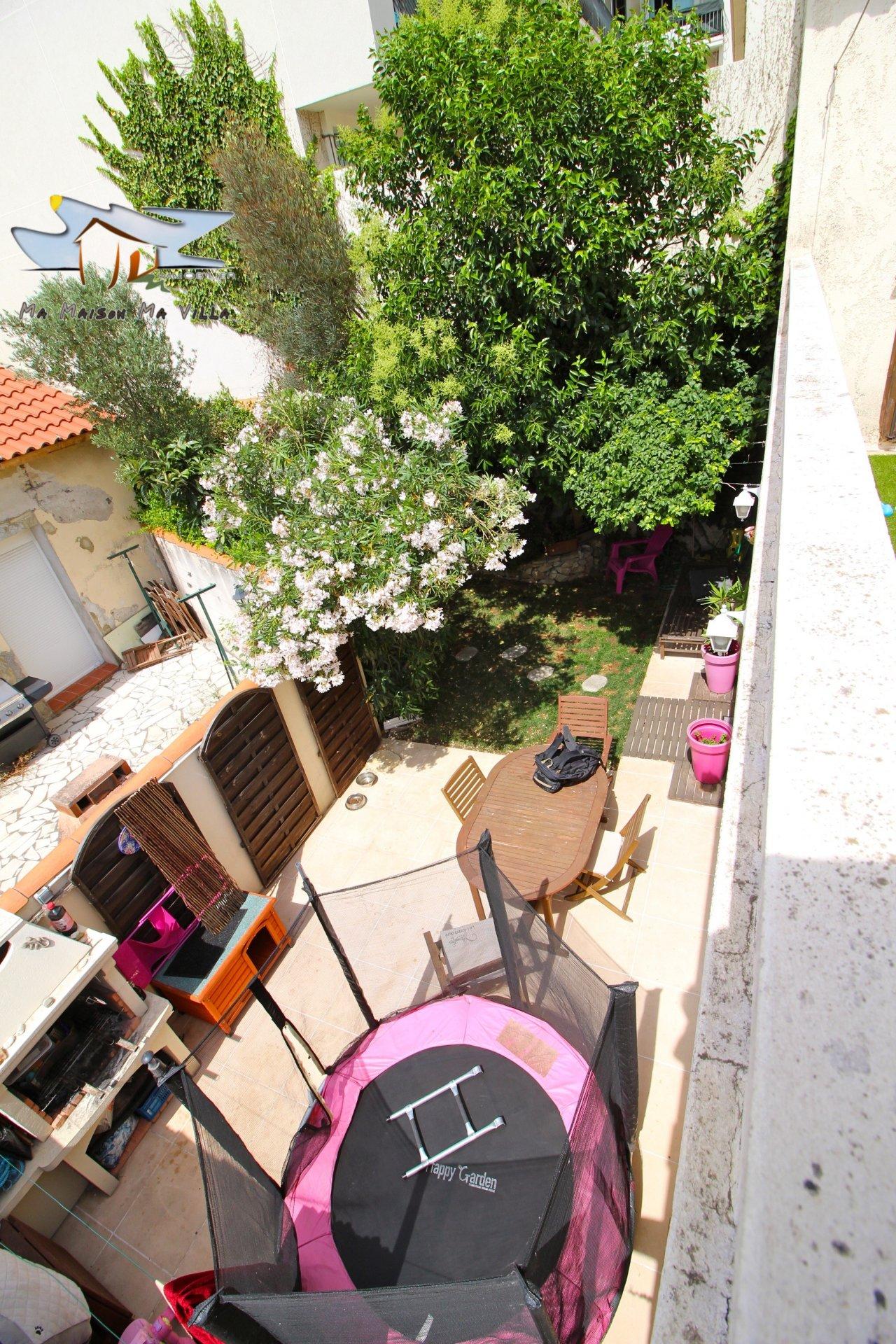 Maison de ville avec jardinet et terrasse