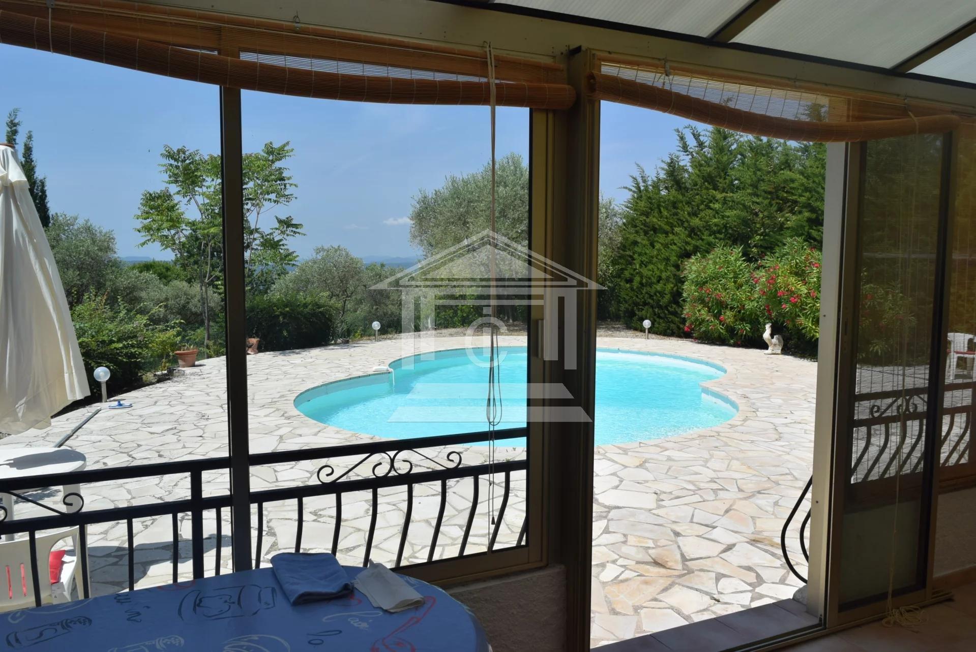 Montauroux. Villa avec piscine dans un écrin de verdure.