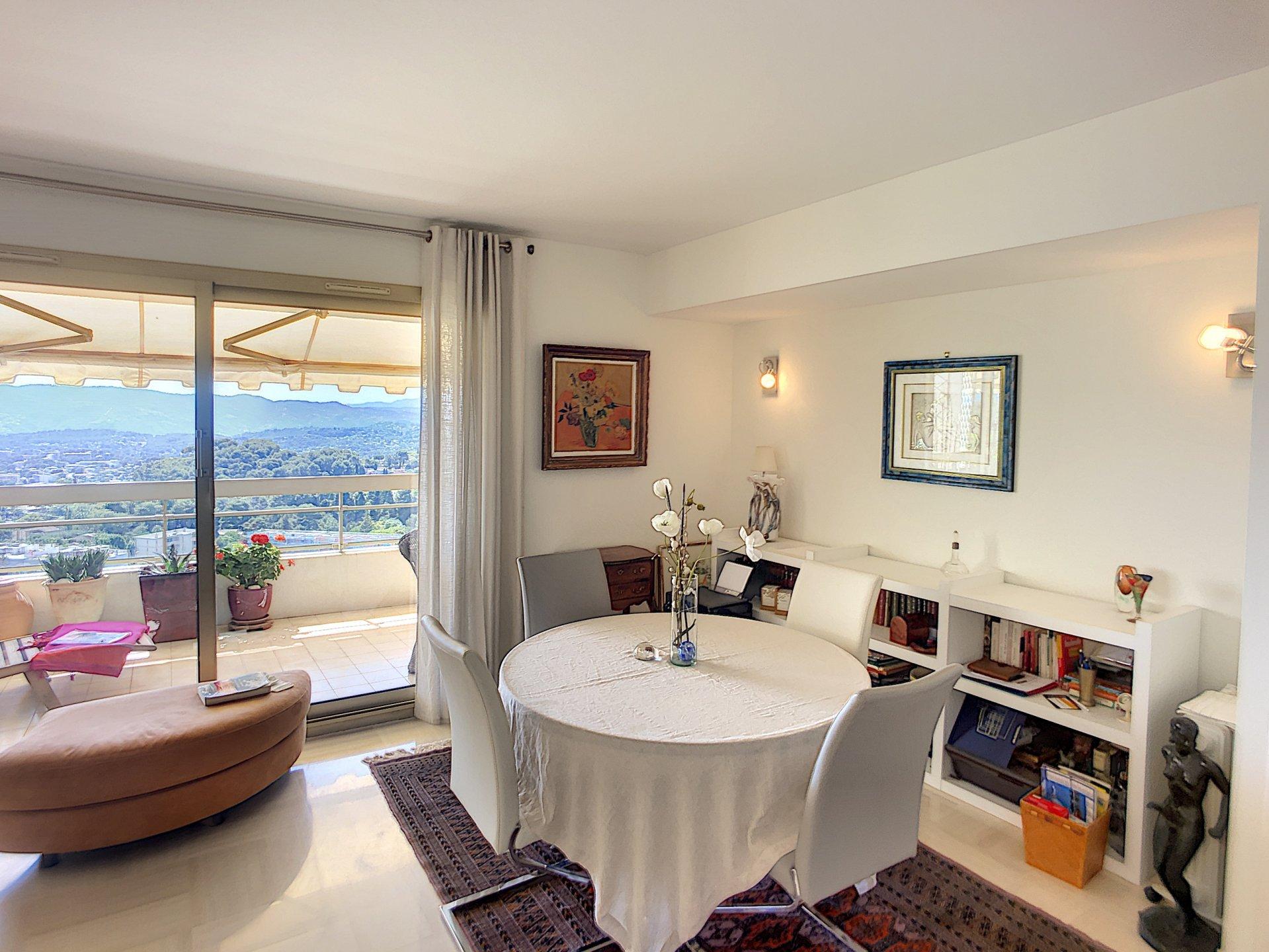 Dans une résidence  de grand standing avec piscine sauna et gardien appartement 3 pièces  en dernier étage