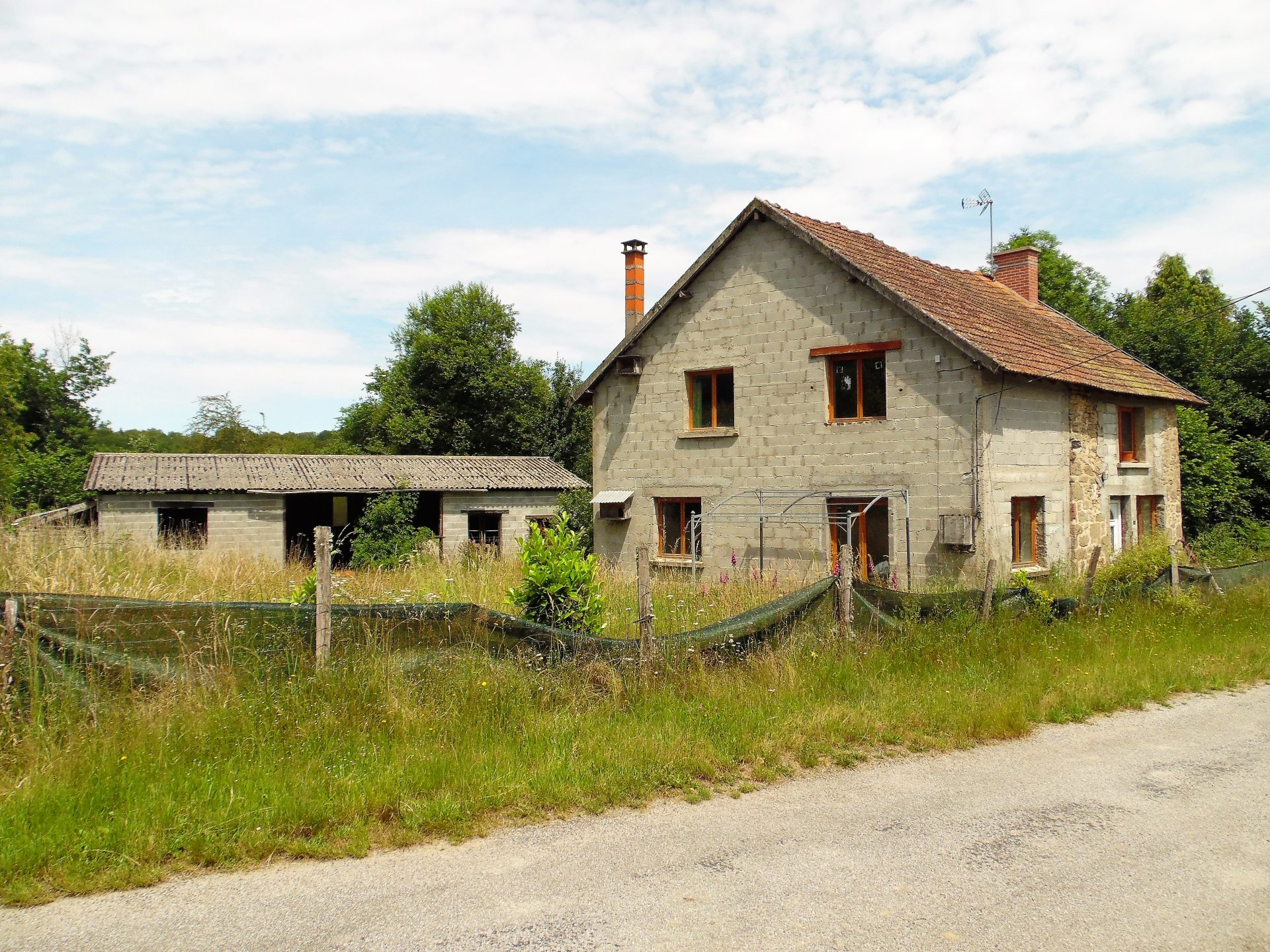 For sale in the Creuse partly renovated house and hangar.