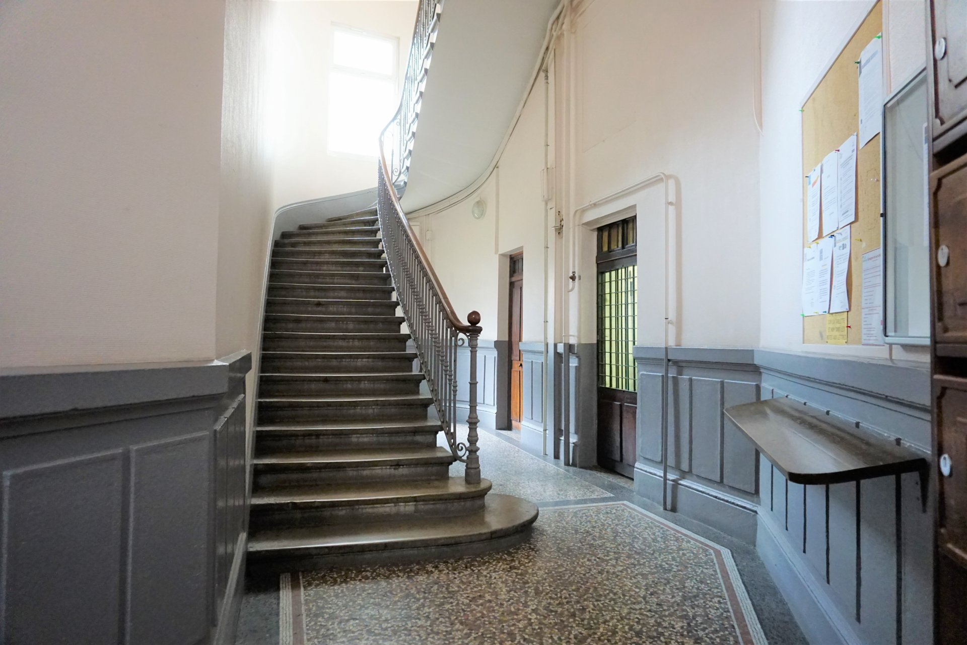 La très jolie montée d'escalier