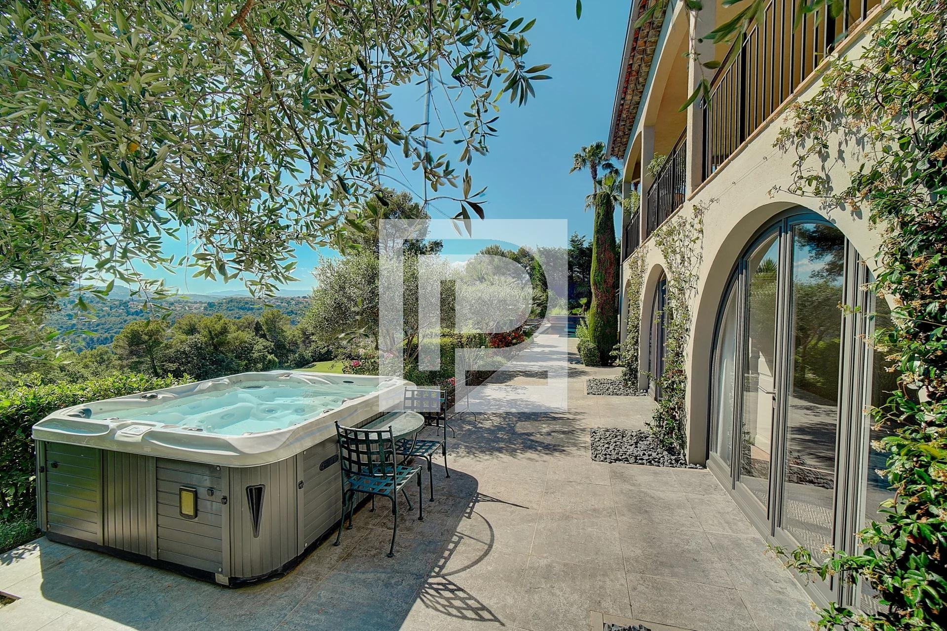 Charming property with panoramic views in Domaine Sécurisé
