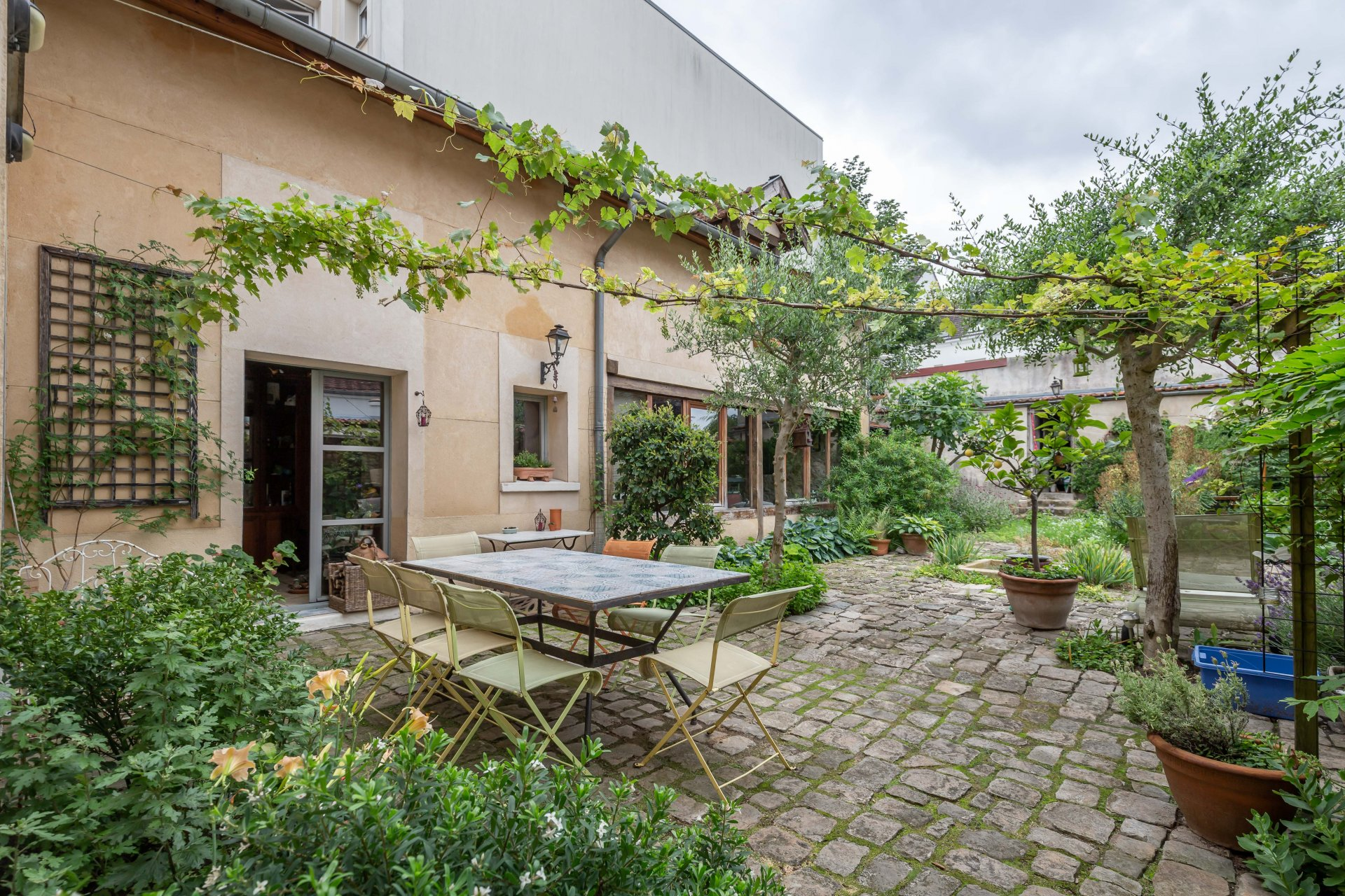 En plein centre ville, VIEUX CORPS DE FERME de 1830 d'environ 250 m² habitables avec sa superbe cour intérieure