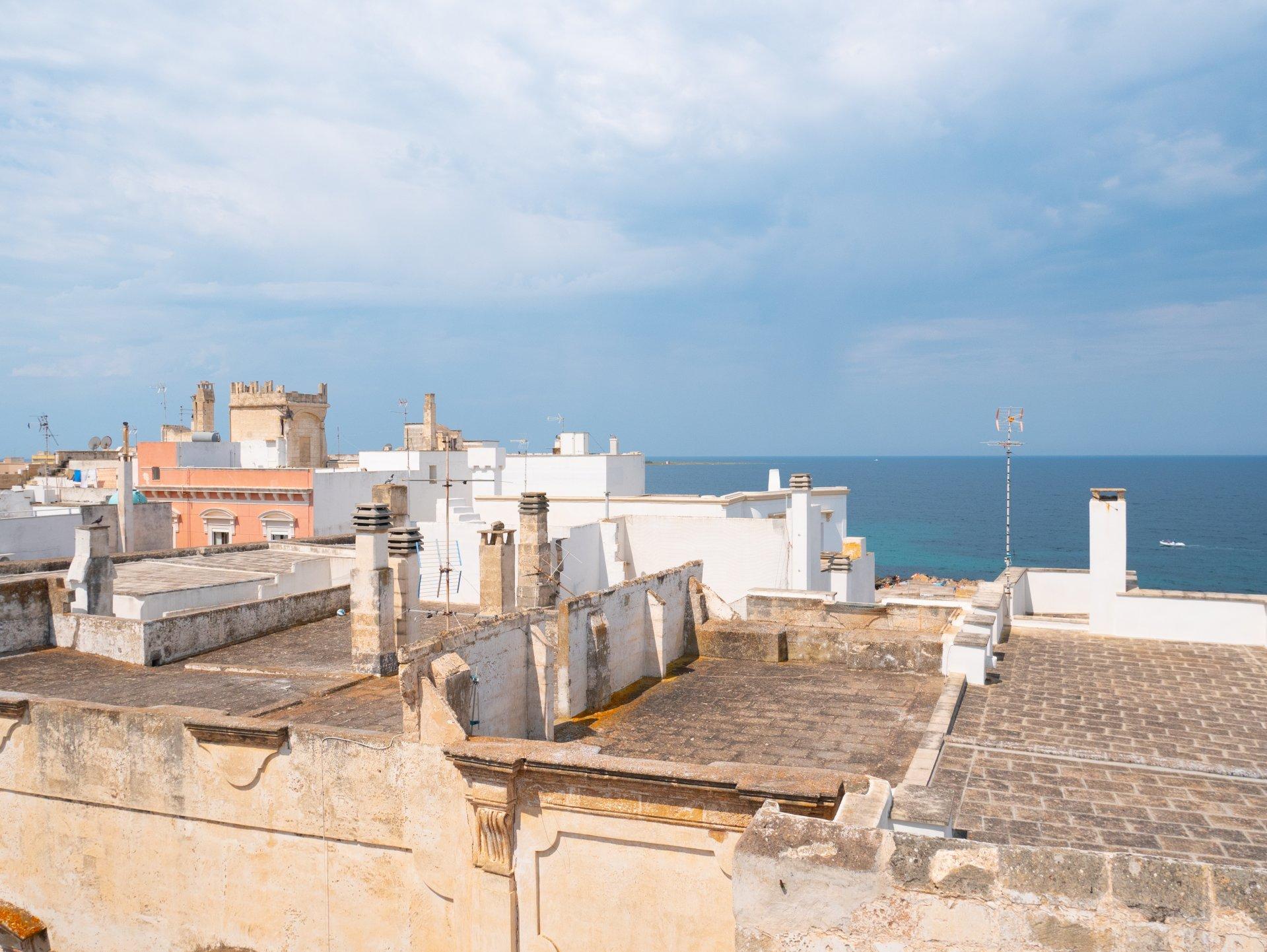 Bâtiment d'époque dans la vieille ville de Gallipoli, vue mer, terrasse sur le toit