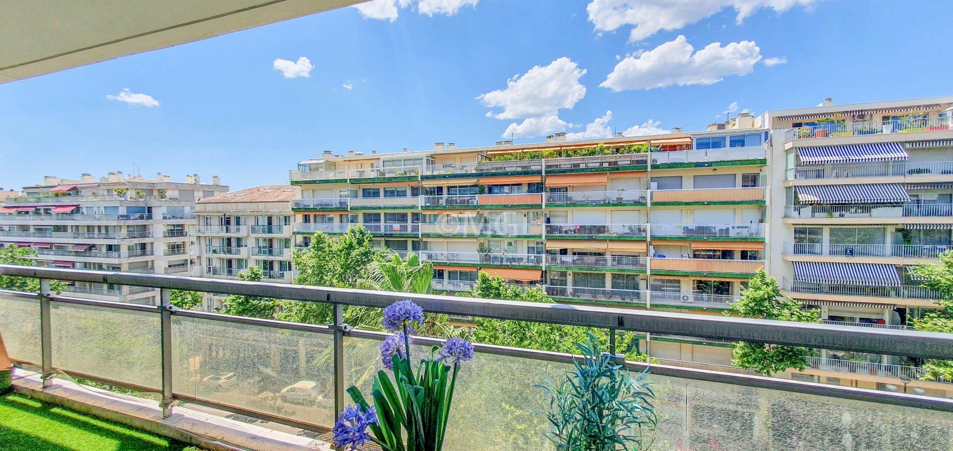 Cannes Carnot 2 pièces terrasse parking