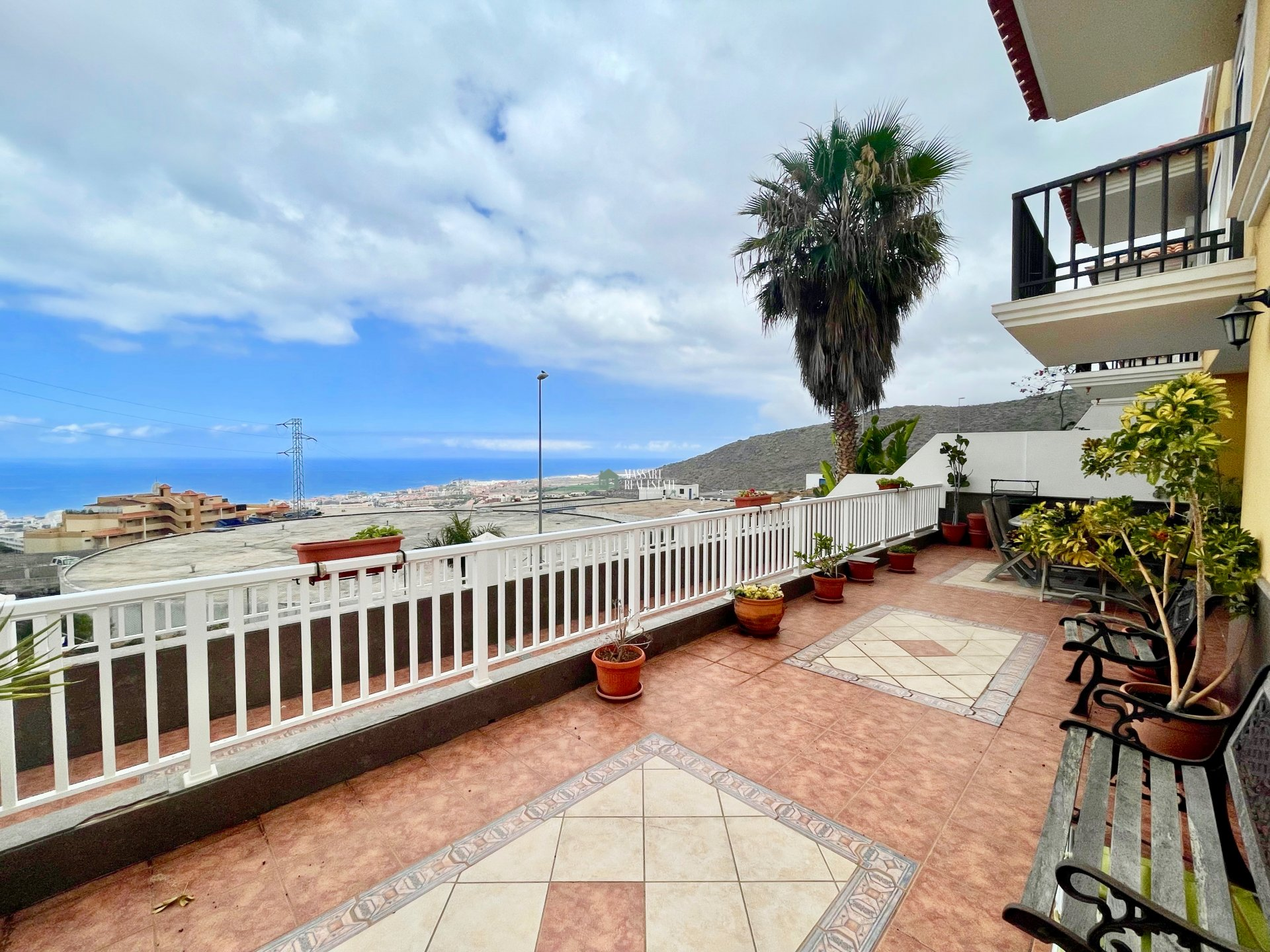 Eckreihenhaus auf drei Etagen verteilt und auf einem 362 m2 großen Grundstück in der beliebten Gegend von Roque del Conde (Adeje) gelegen.