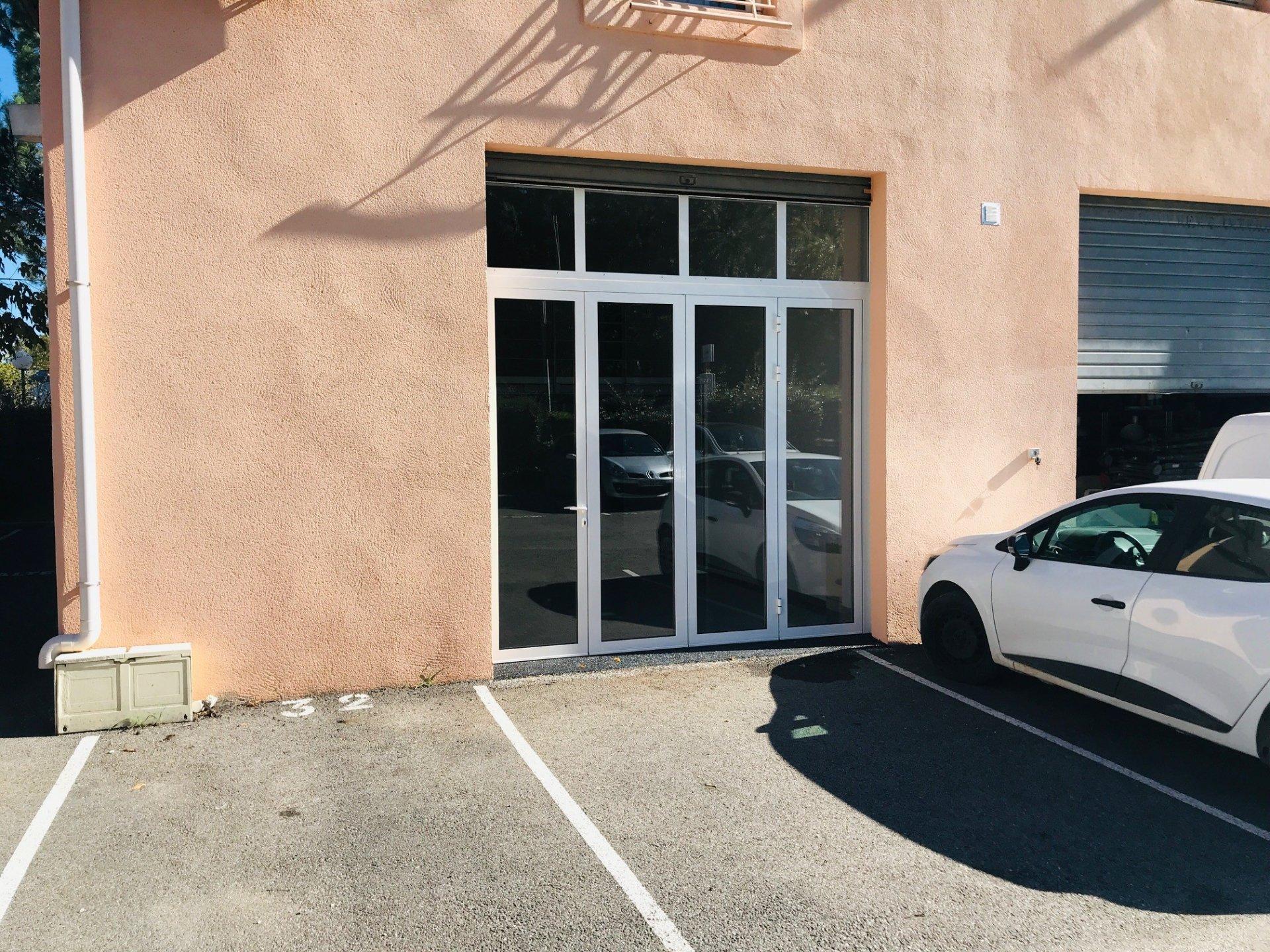 Local Rénové avec vitrine et mezzanine - 71 m² - Zone d'Activité