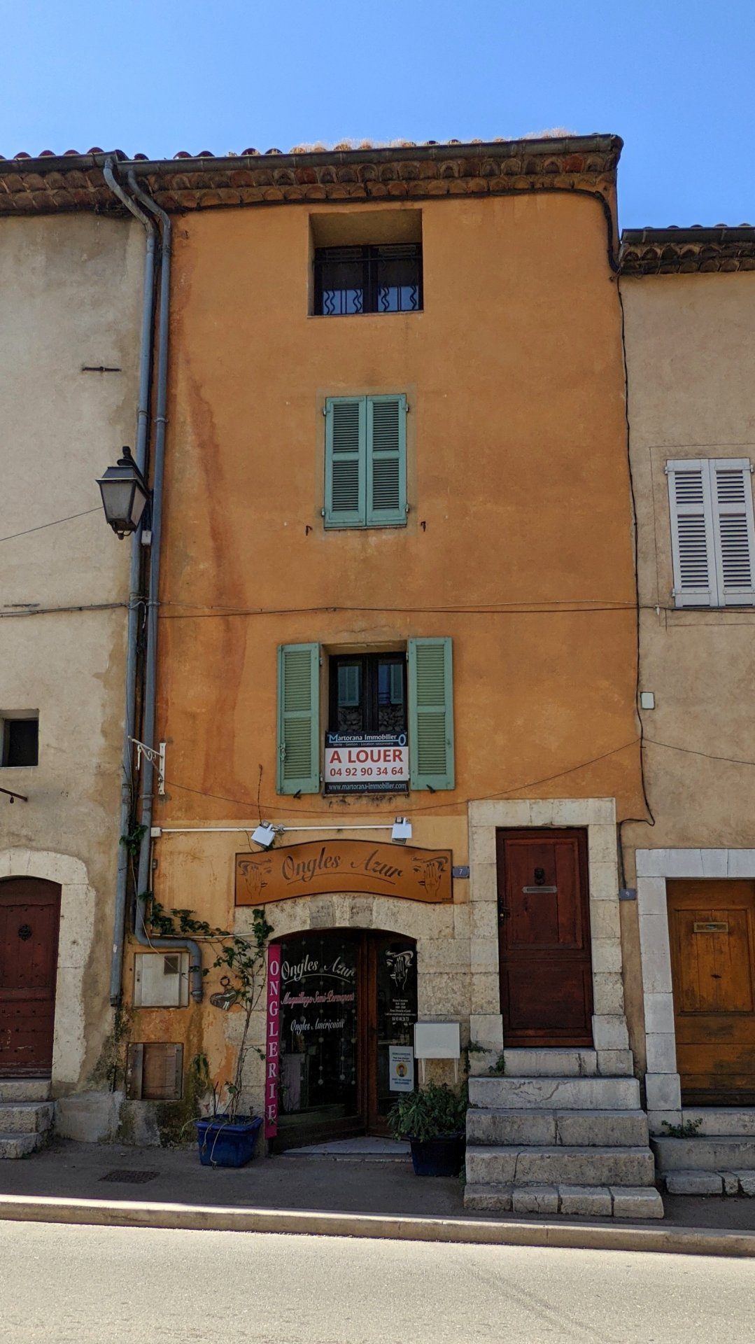 2-3 room townhouse in the heart of the village of Valbonne