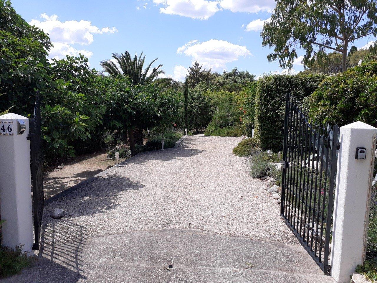 Belle villa avec vue, à pied du village