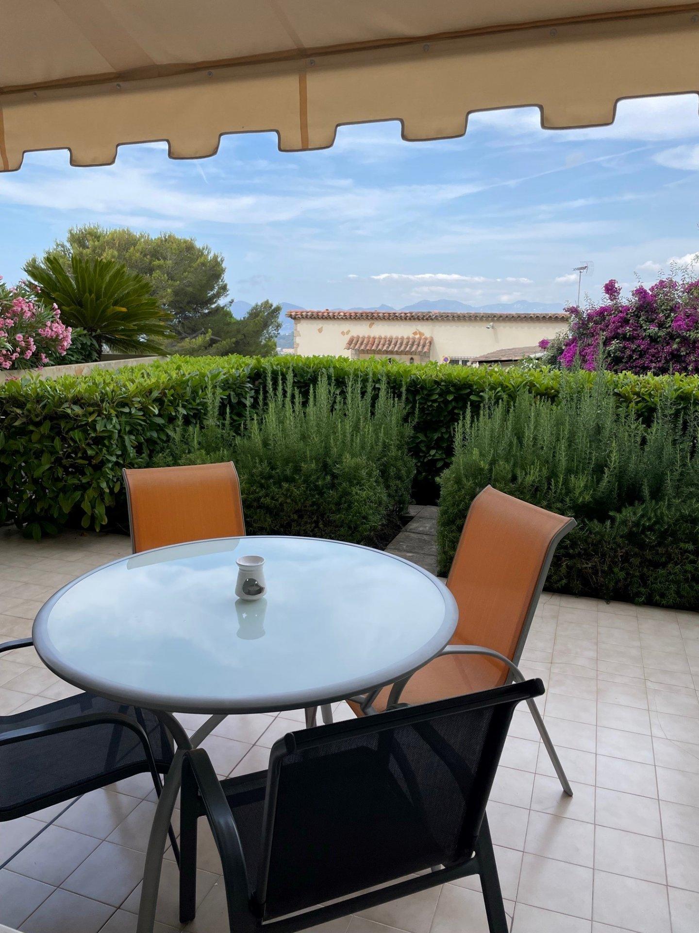 Superbe studio appartement en RDJ surélevé  avec belle terrasse sur les hauteurs de Mougins, proche Cannes & Le Cannet