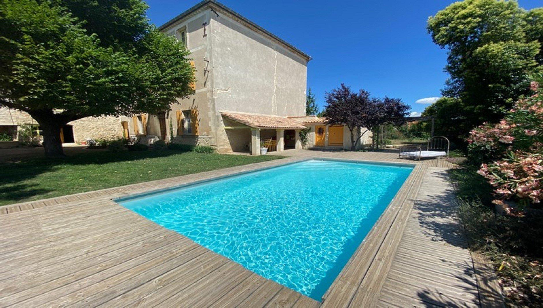 Herrskapshus med pool och stor trâgârd