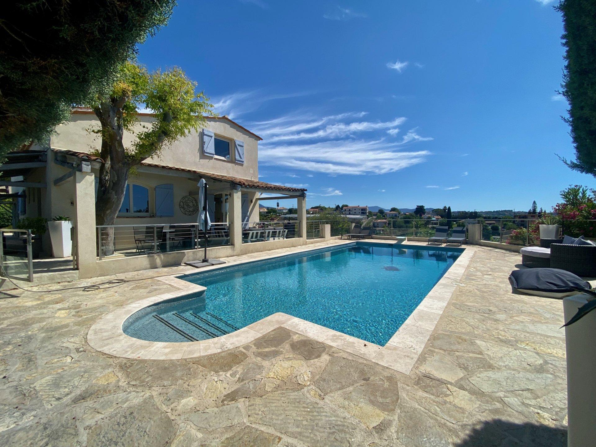 Saint Laurent du Var: Neo Provencal house with swimming pool.