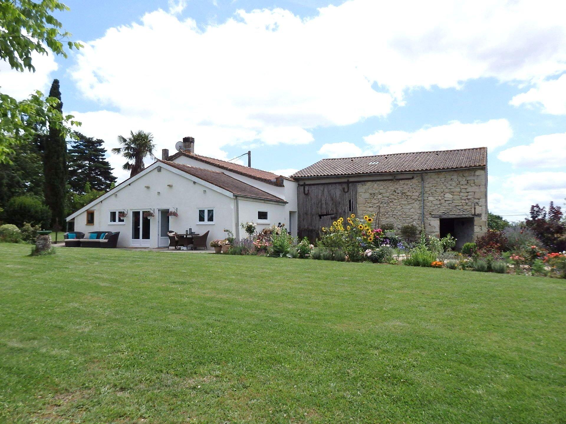 Une maison en pierre polyvalente avec vue sur la campagne et piscine