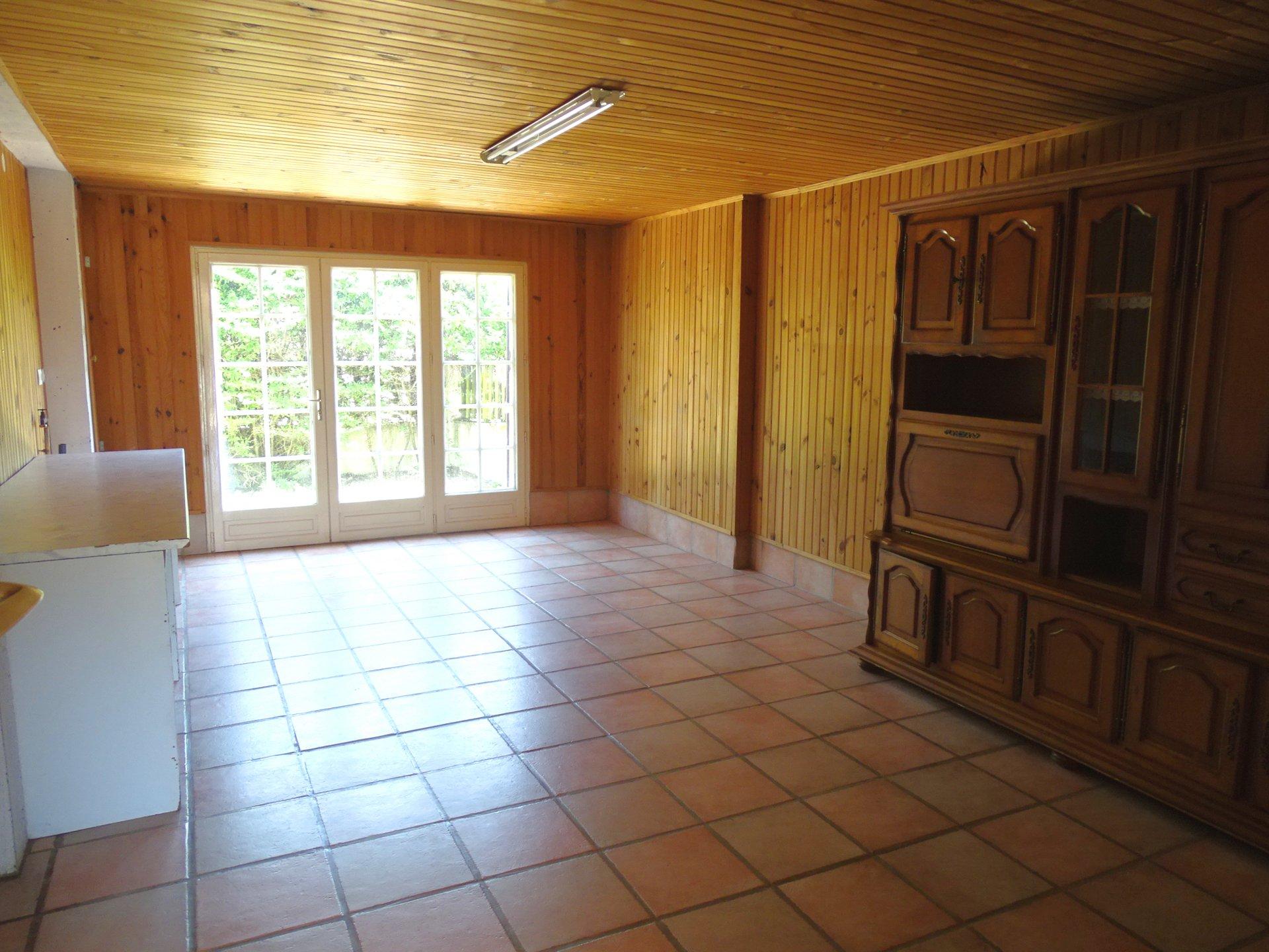 Découvrez cette maison, située à quelques minutes de Mâcon. Elle se compose de plain-pied d?une entrée donnant sur un séjour à la double exposition, d?une cuisine avec un accès sur la salle à manger, un espace bureau et un toilette. L?étage se compose de 5 belles chambres et d?une salle d?eau avec toilette. La maison est édifiée sur un terrain de 560 m2 où vous pourrez profiter de bons moments en famille ou entre amis. À visiter sans tarder ! Honoraires à la charge des vendeurs.