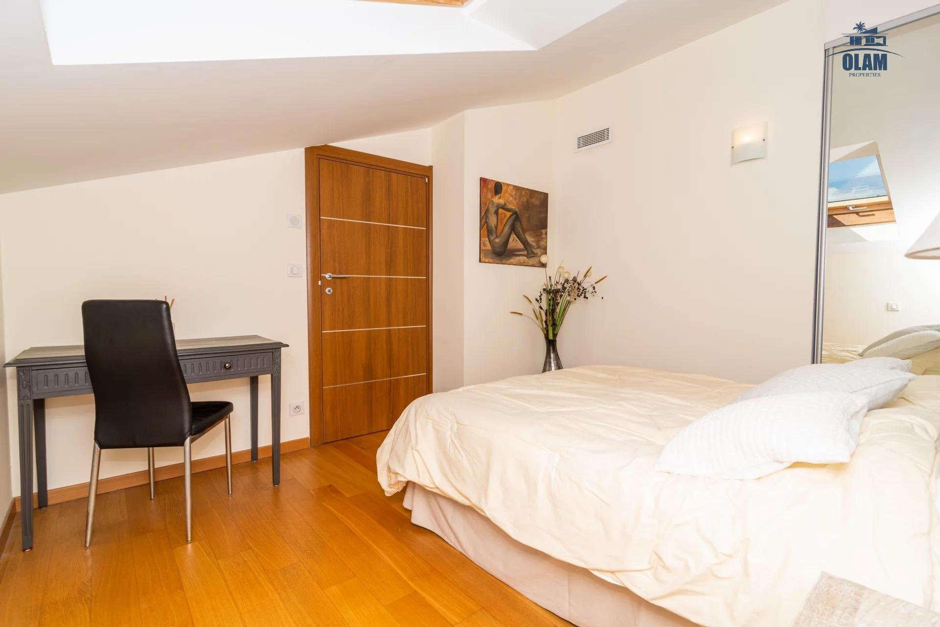 4 rooms modern residence near the centre of Cannes - bedroom and desk