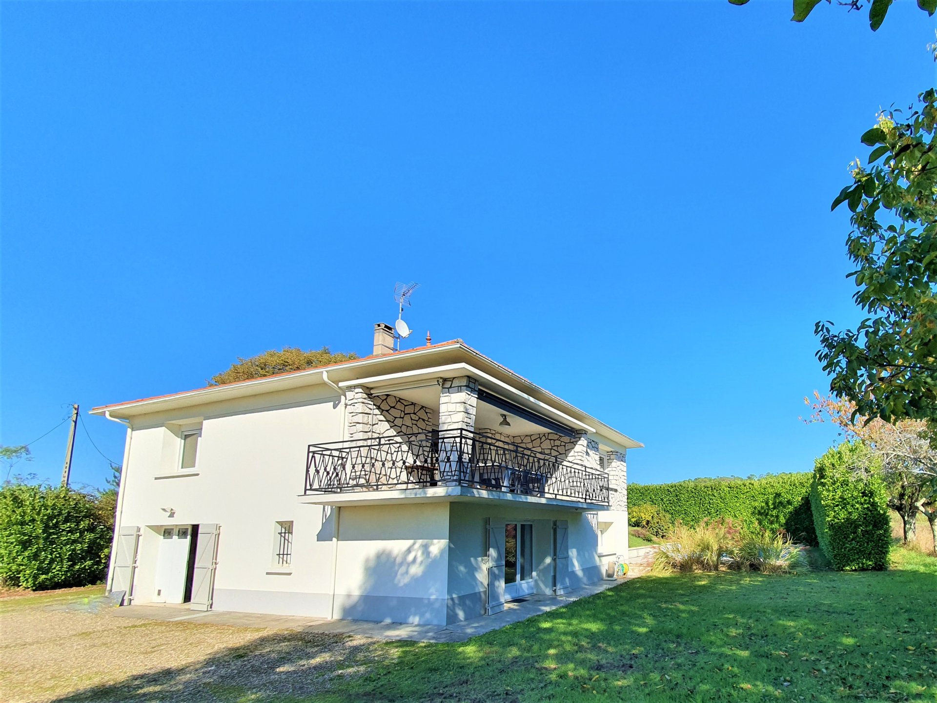Fabulous fully renovated 4 bed house with pool