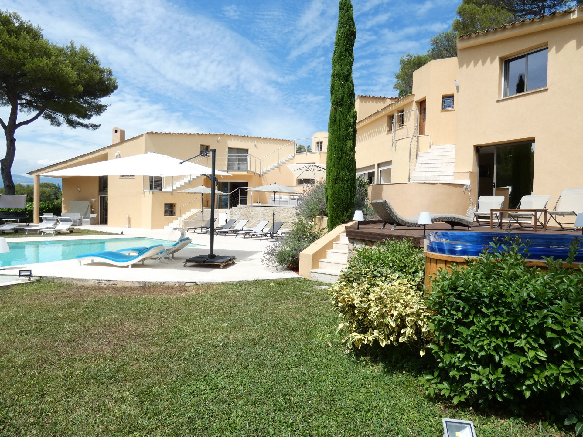 VERY SPACIOUS VILLA WITH DOMINANT WIEW ON THE OLD VILLAGE