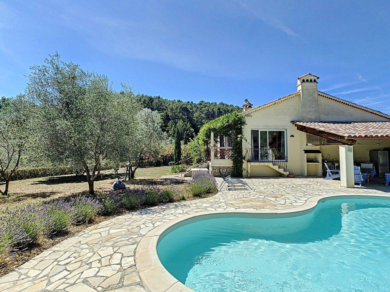 Belle villa avec piscine, à pied du village