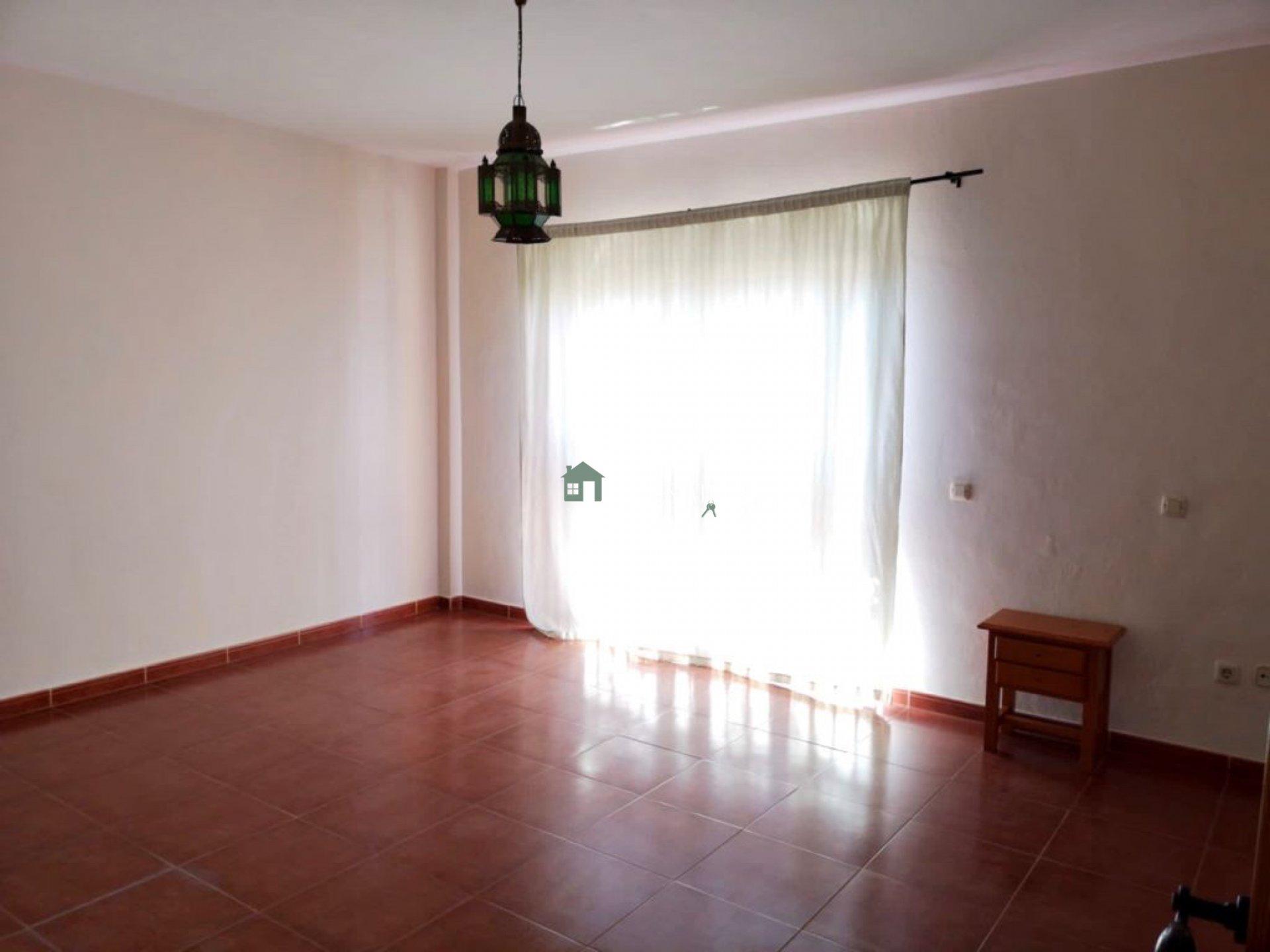 Maison de ville avec un grand potentiel répartie sur deux étages et située dans un quartier central de Buzanada.