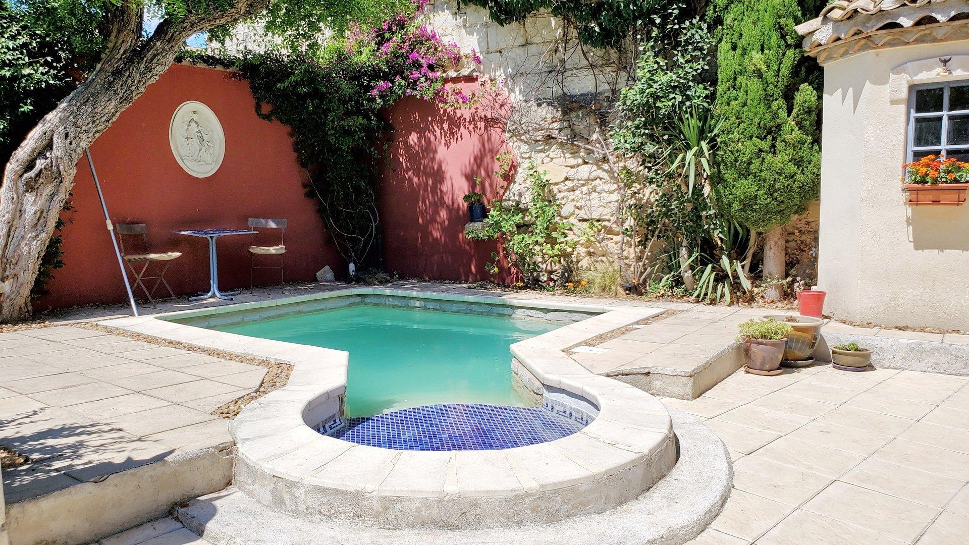 Fantastiskt stenfastighet med liten trädgård, pool och inredningsbar stenlada