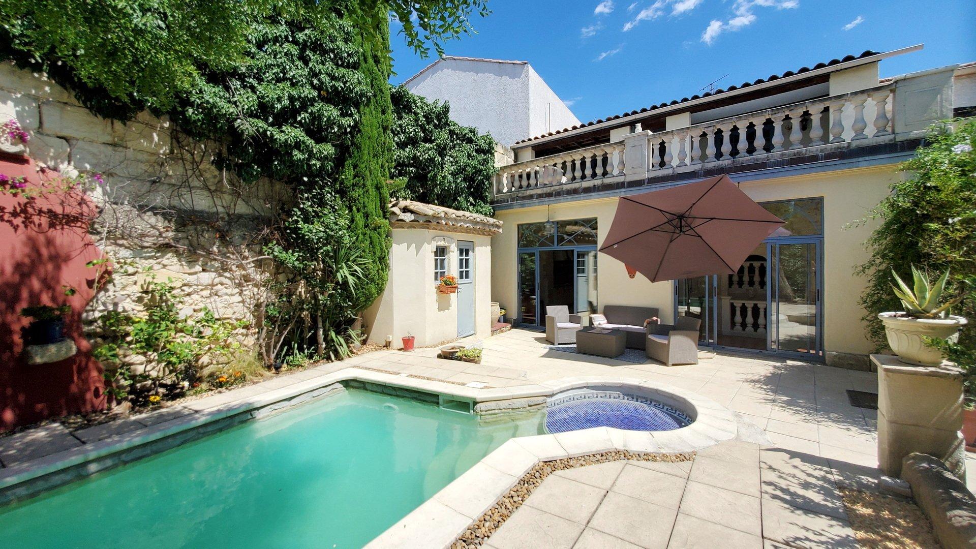 Belle maison avec jardinet, piscine et grande remise