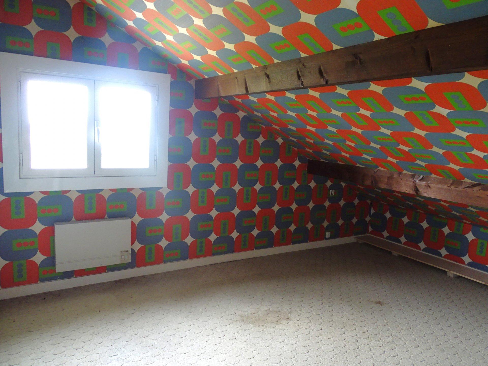 Situé dans un environnement très demandé de Mâcon, venez découvrir ce bien de qualité. Édifiée sur sous-sol enterré, cette grande maison familiale d'environ 175m² au sol, dispose en rez-de-chaussée d?un grand hall, d?une pièce de vie agréable et lumineuse, avec cheminée et donnant sur l?extérieur avec terrasse couverte, une cuisine aménagée avec un espace repas et cellier attenant. Deux chambres, ainsi qu?une salle de bains et un toilette indépendant viennent compléter ce niveau. À l?étage, un grand palier vient desservir les quatre chambres, une salle de douche et un toilette. Le sous-sol d'environ 100m², se compose d?un grand garage avec espace atelier, d'une grande remise et d'une cave. Exposée Sud, Sud-Ouest, la maison s?ouvre sur un terrain arboré d?environ 1000 m2. Vous serez séduit par le grand potentiel qu?offre ce bien de construction qualitative. Prestations complémentaires : nombreux rangements, adoucisseur d?eau, double vitrage. Honoraires à la charge du vendeur.
