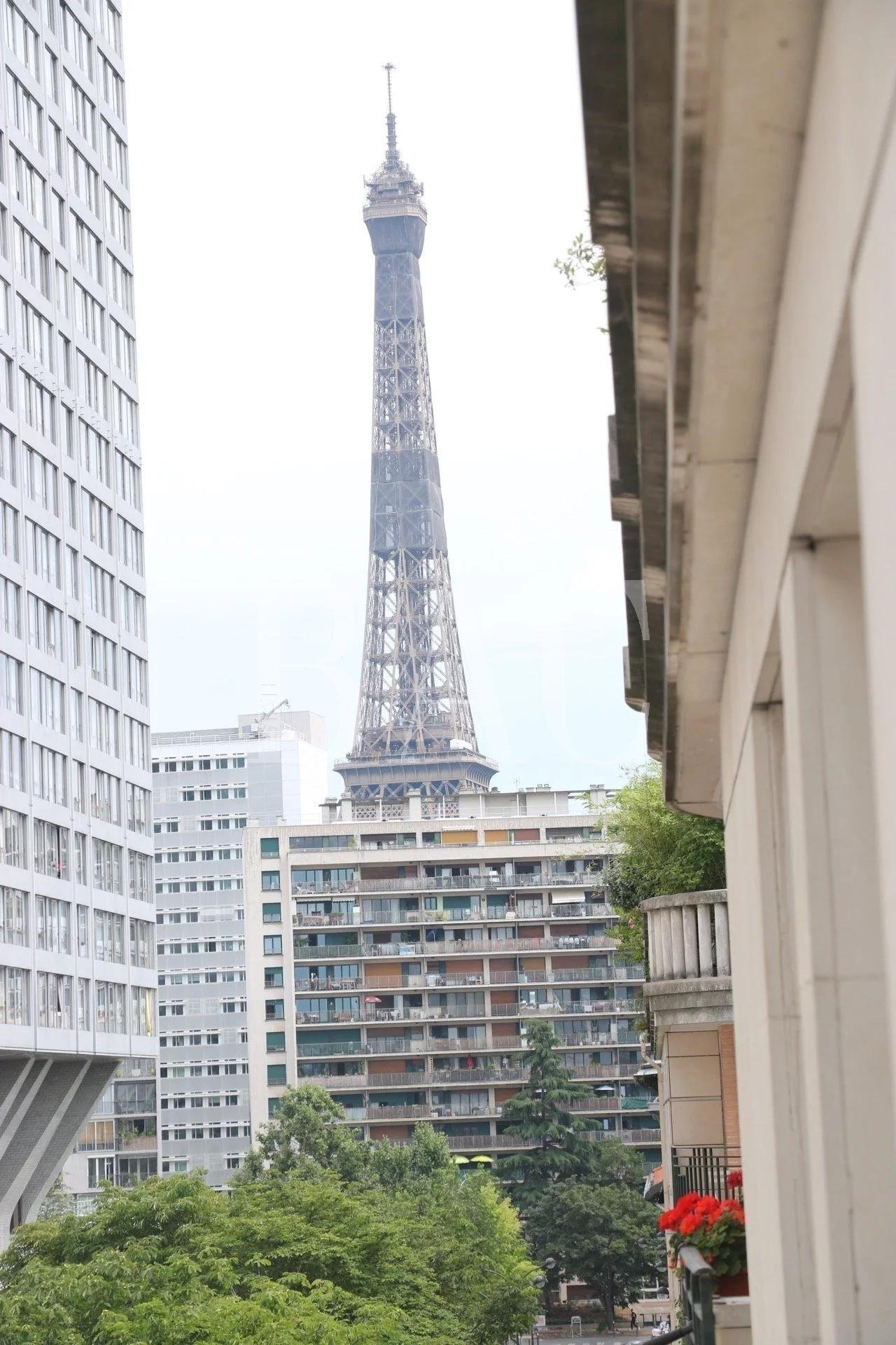Two rooms in the Grenelle district - PARIS 15